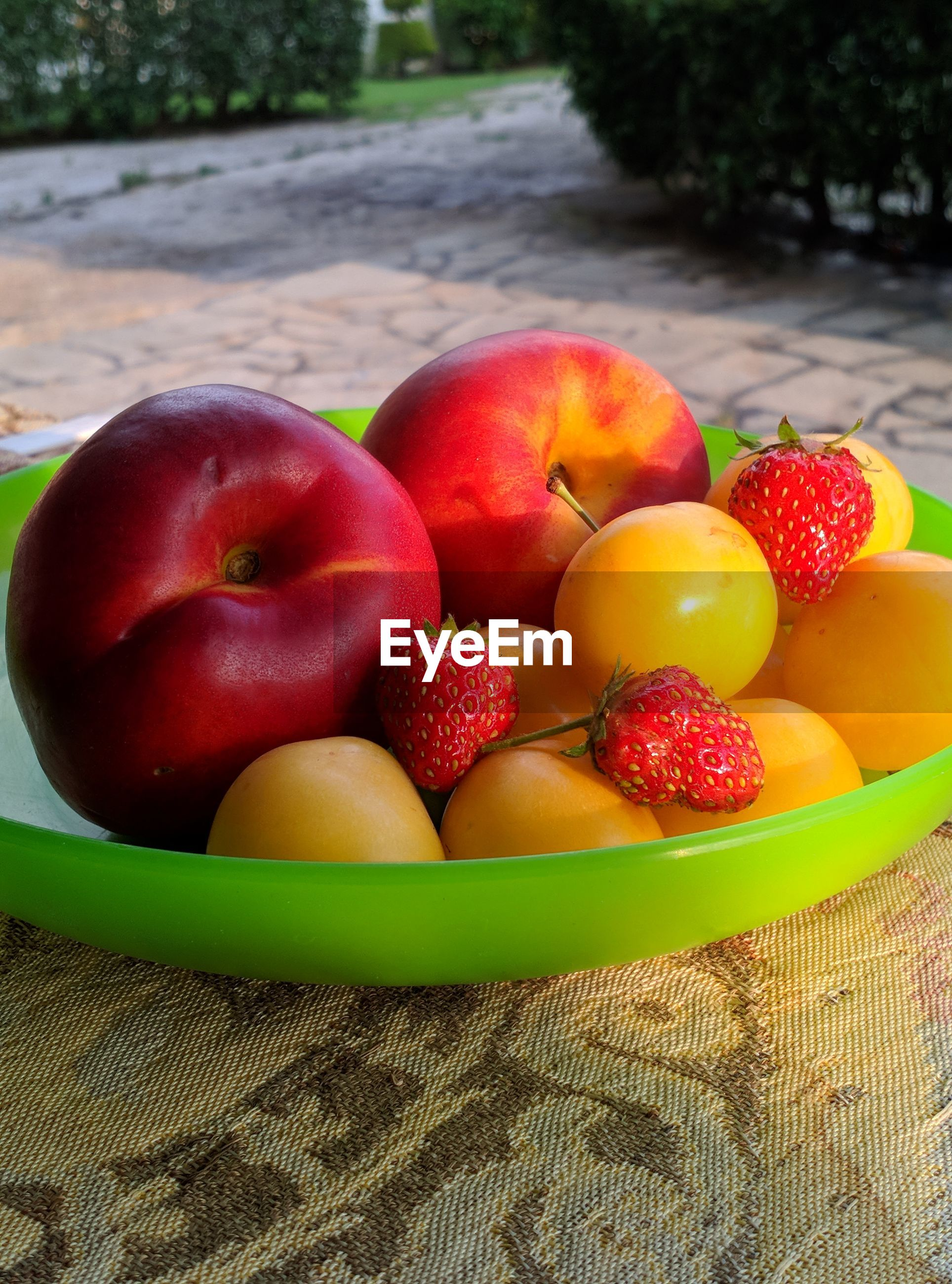 HIGH ANGLE VIEW OF APPLES IN BOWL AT TABLE