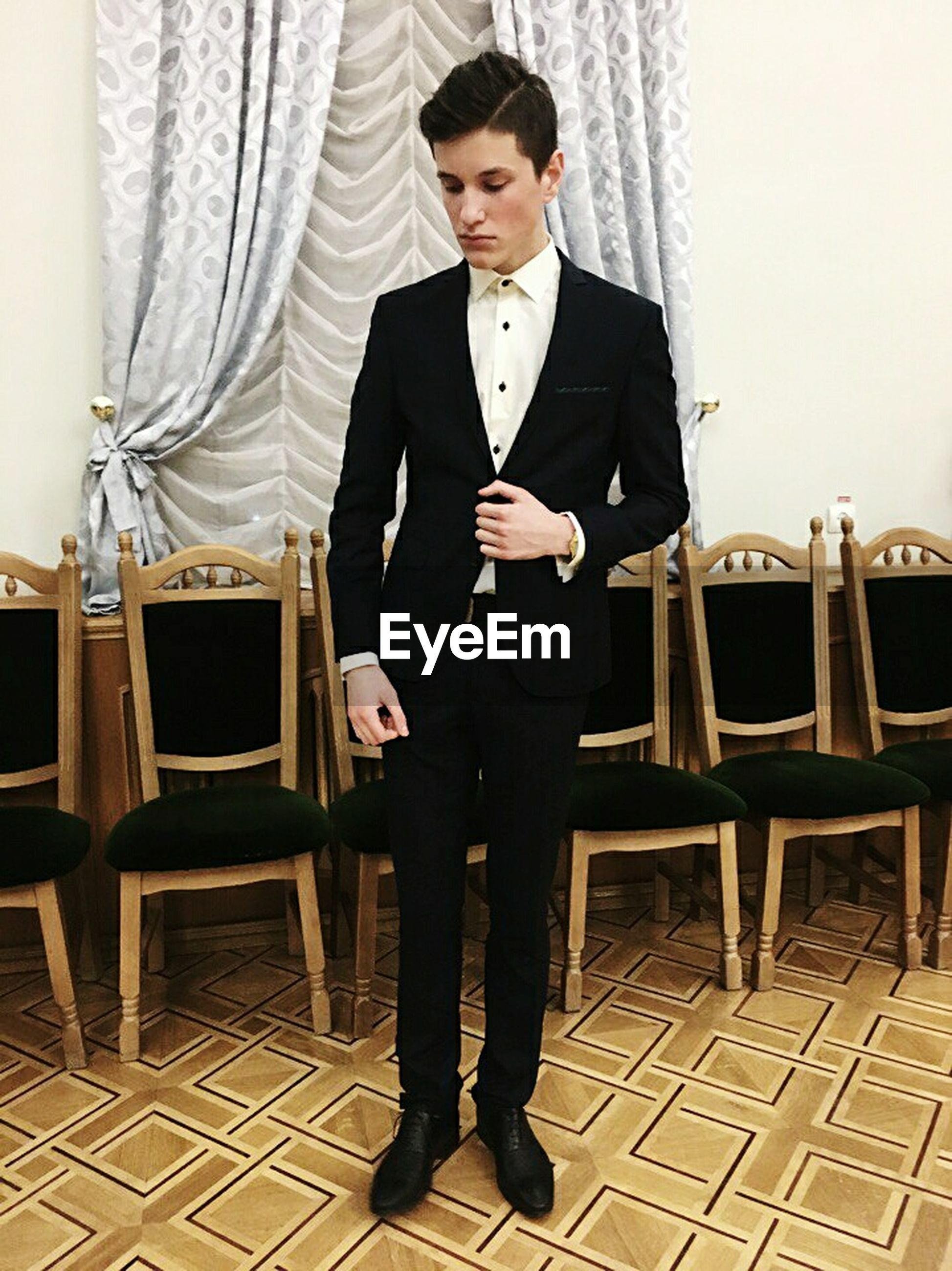only men, one man only, adults only, one person, lifestyles, fashion, handsome, adult, suit, people, men, indoors, time, clock, old-fashioned, young adult, portrait, well-dressed, human hand, millionnaire, red carpet event, clock face, day