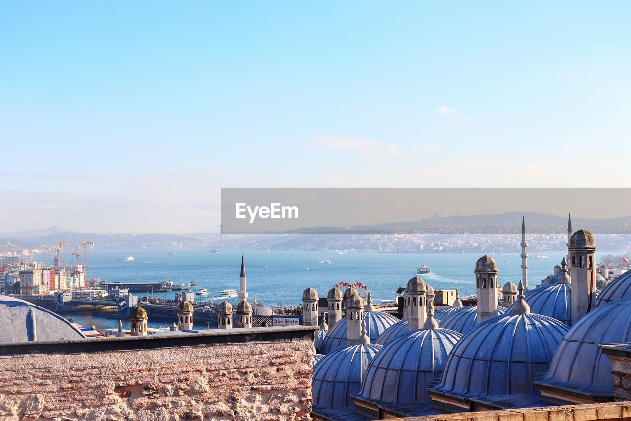 PANORAMIC VIEW OF CITY AGAINST SEA