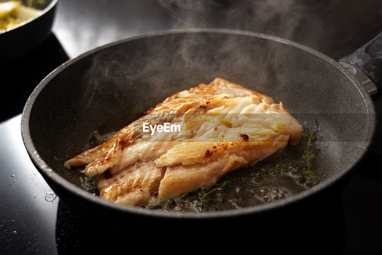 HIGH ANGLE VIEW OF FRIED MEAT IN PAN