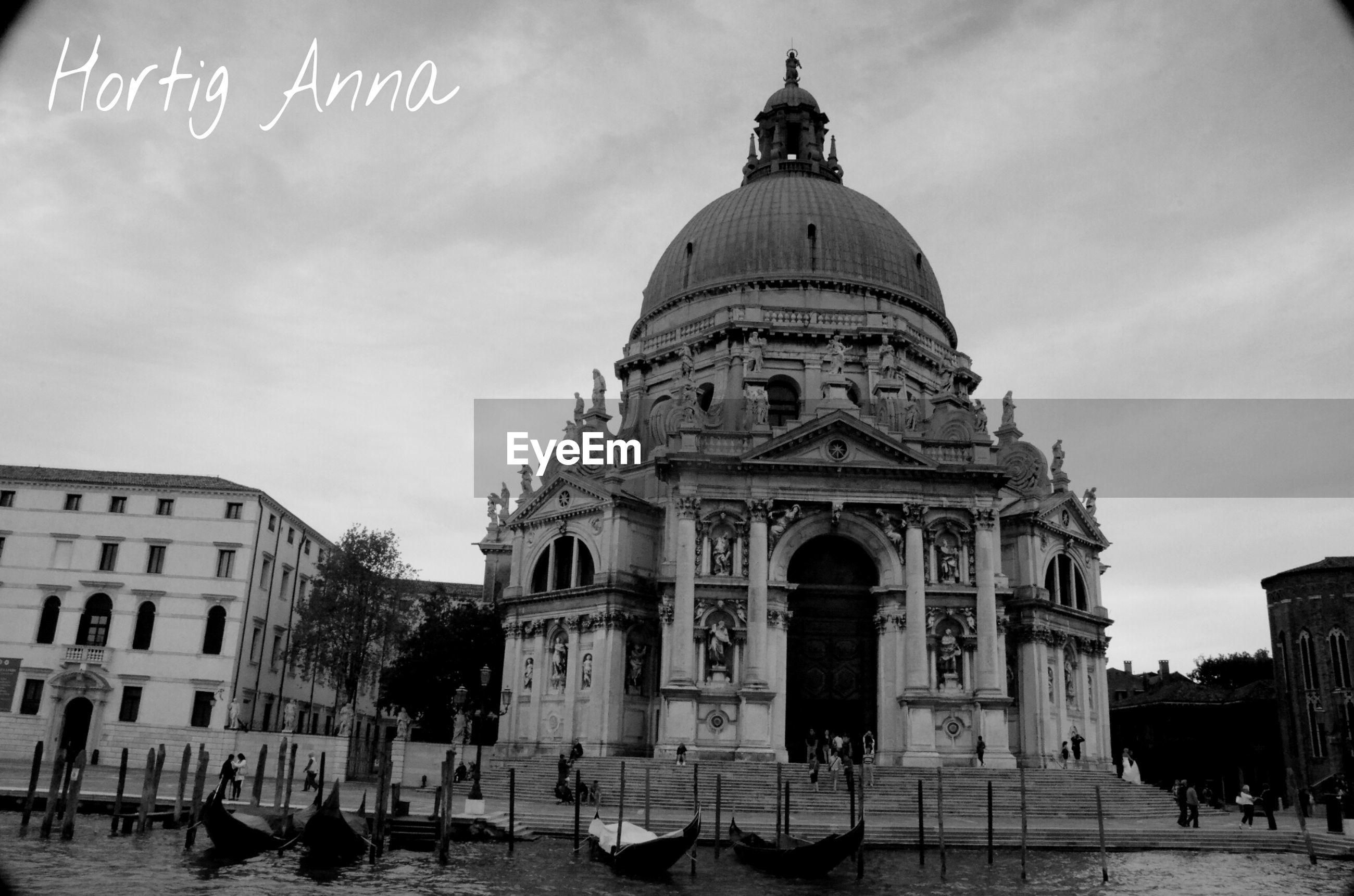 building exterior, architecture, built structure, place of worship, dome, religion, spirituality, sky, church, travel destinations, cathedral, famous place, facade, travel, tourism, incidental people, cloud - sky, city