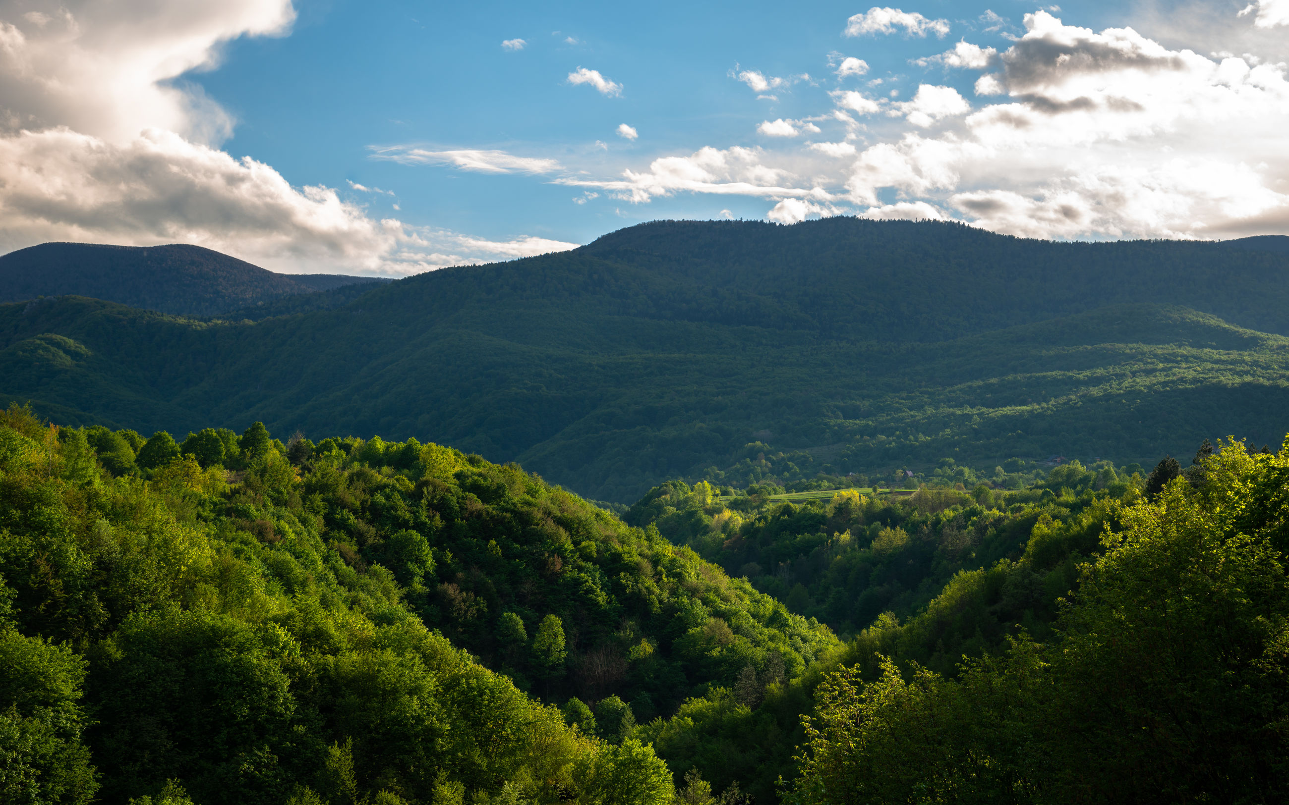 SCENIC VIEW OF GREEN MOUNTAINS AGAINST SKY