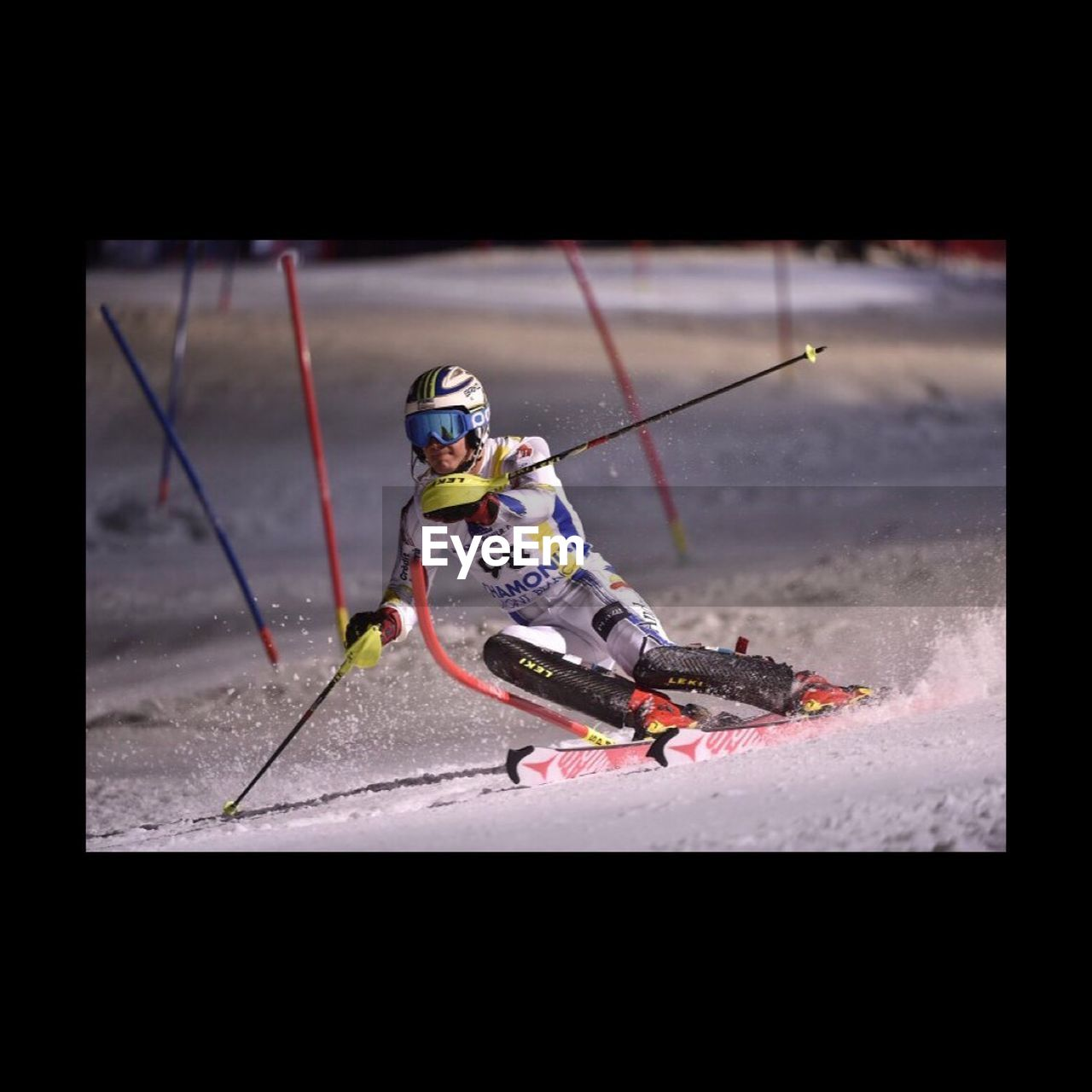 sport, helmet, winter sport, skill, one person, skiing, headwear, full length, crash helmet, sports helmet, outdoors, adventure, agility, extreme sports, snowboarding, winter, men, day, one man only, sports clothing, adult, sportsman, people, adults only