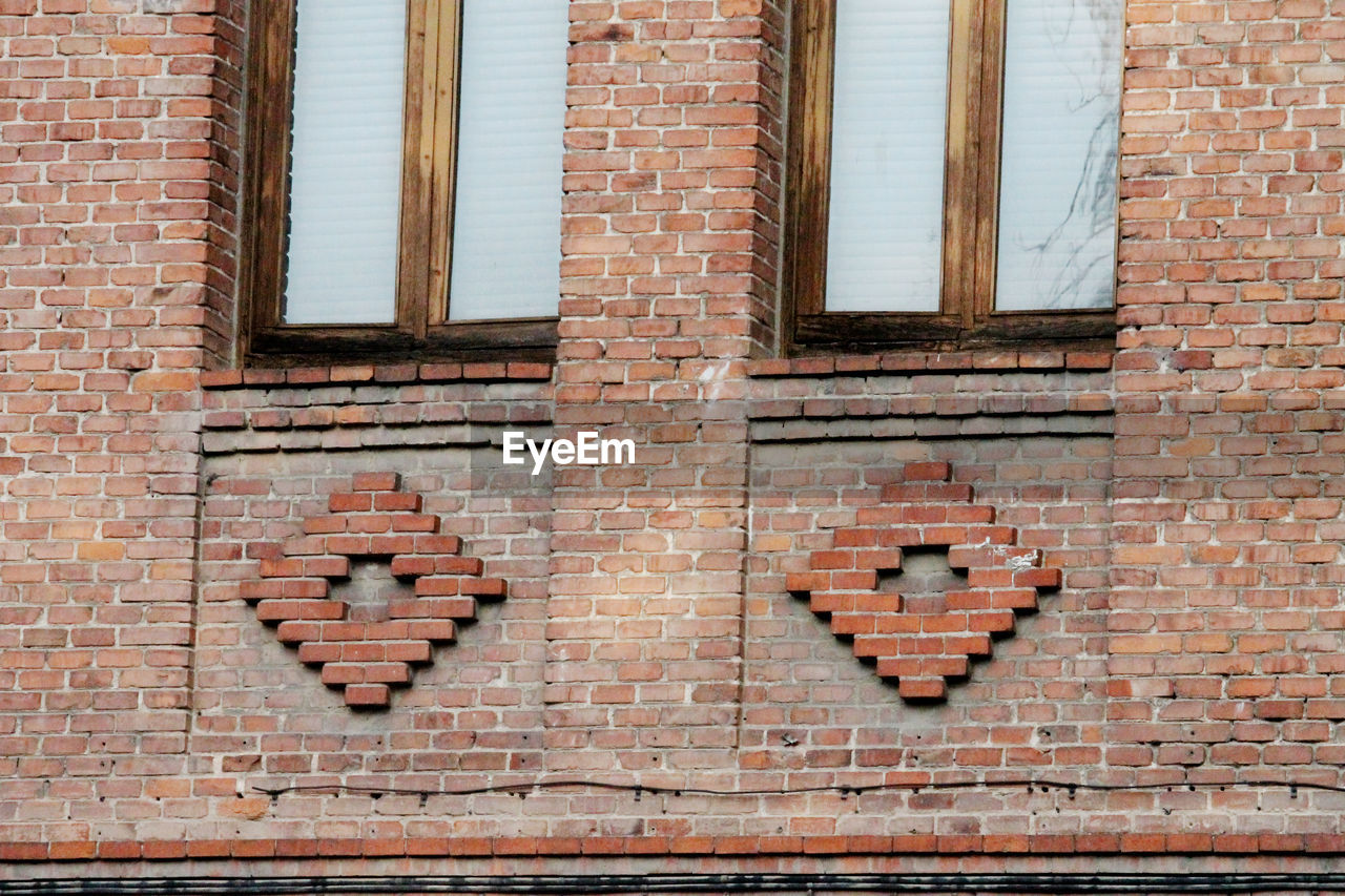brick, brick wall, wall, architecture, built structure, window, building exterior, wall - building feature, no people, day, low angle view, building, western script, pattern, text, outdoors, full frame, communication, close-up, capital letter