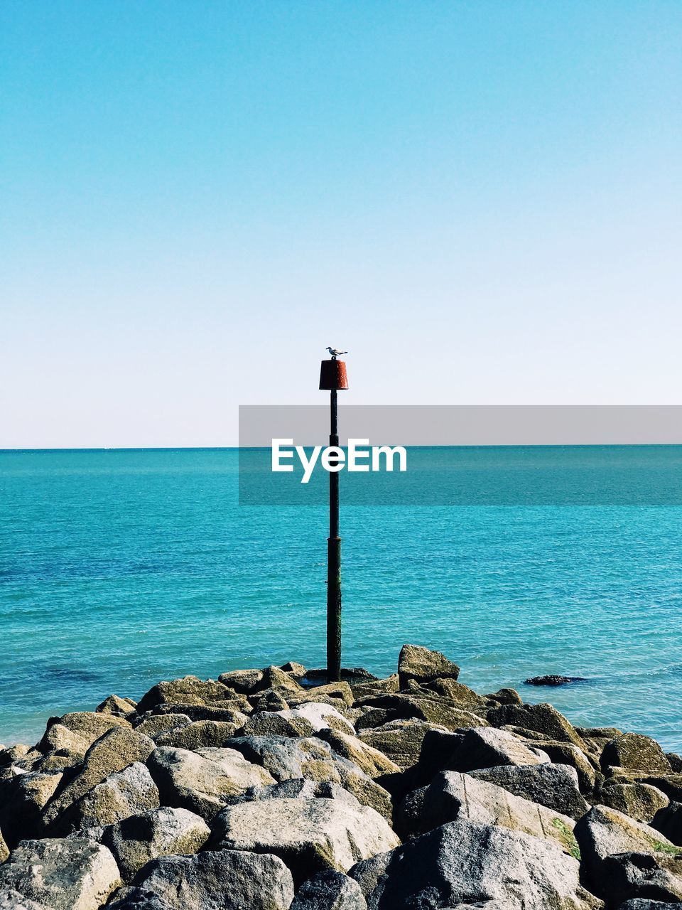 sea, horizon over water, water, clear sky, tranquil scene, tranquility, copy space, scenics, nature, blue, beauty in nature, rock - object, no people, outdoors, day, sky