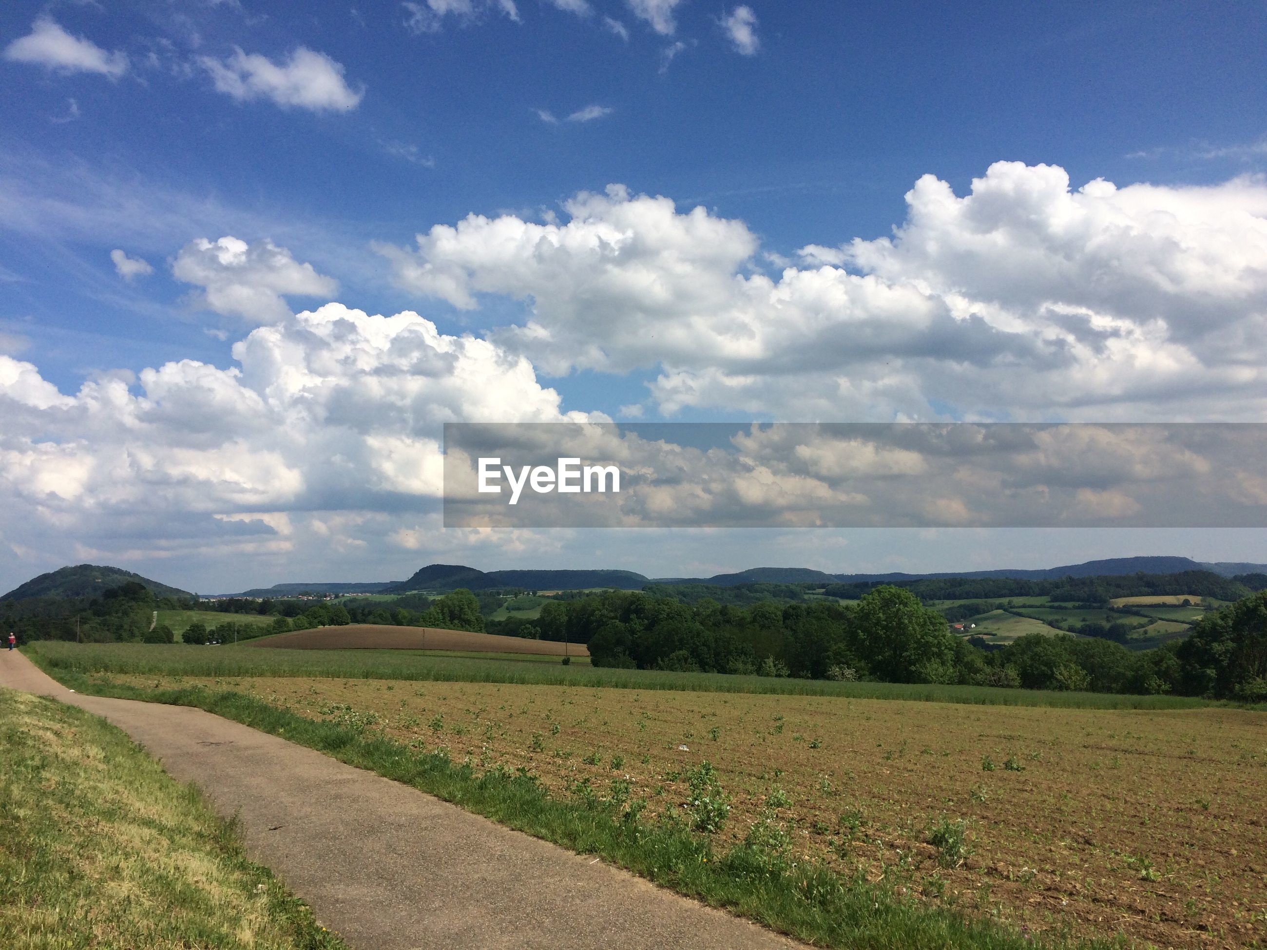 SCENIC VIEW OF AGRICULTURAL LANDSCAPE AGAINST SKY