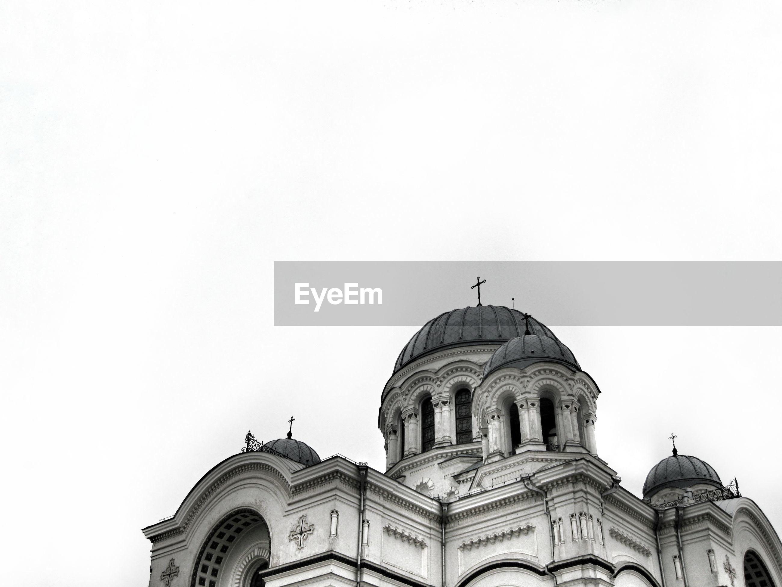 architecture, dome, building exterior, built structure, copy space, religion, clear sky, arch, travel destinations, place of worship, famous place, tourism, high section, church, history, national landmark, facade, outdoors, capital cities, international landmark, sky, basilique du sacre coeur, culture, architectural feature, no people, flying, spire