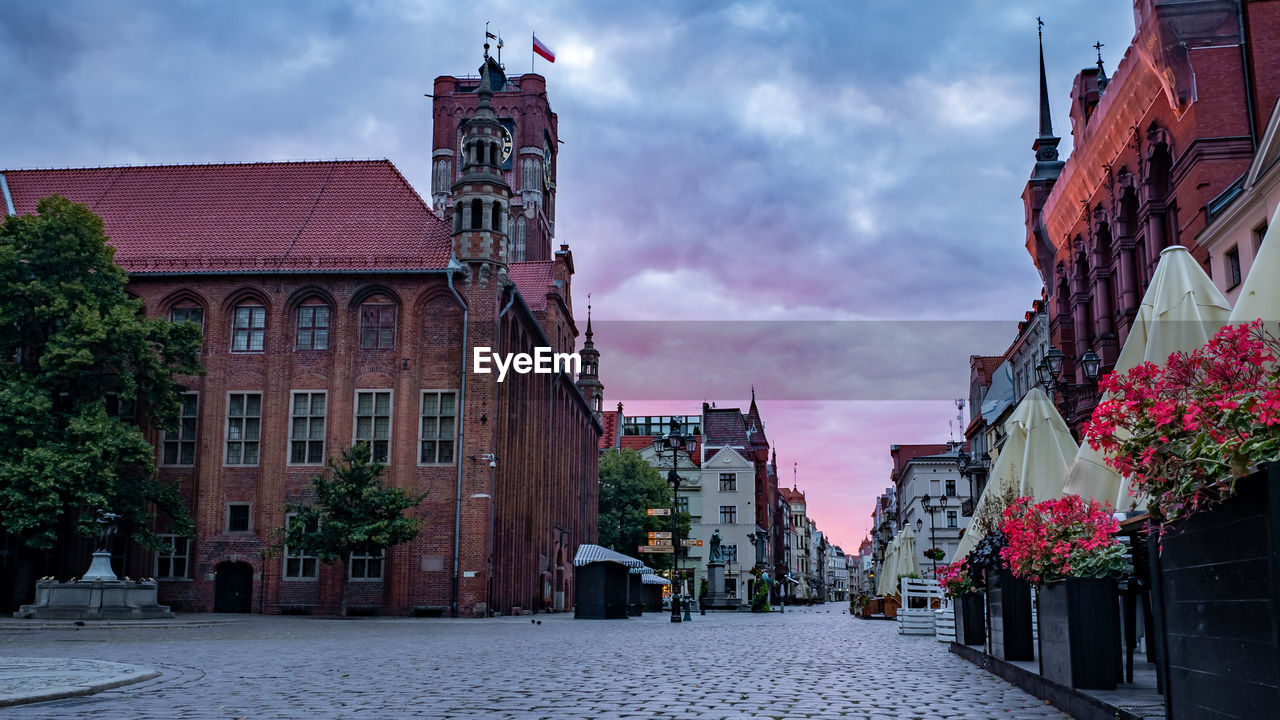 building exterior, architecture, built structure, building, cloud - sky, city, sky, nature, street, plant, direction, residential district, the way forward, day, place of worship, religion, belief, incidental people, outdoors