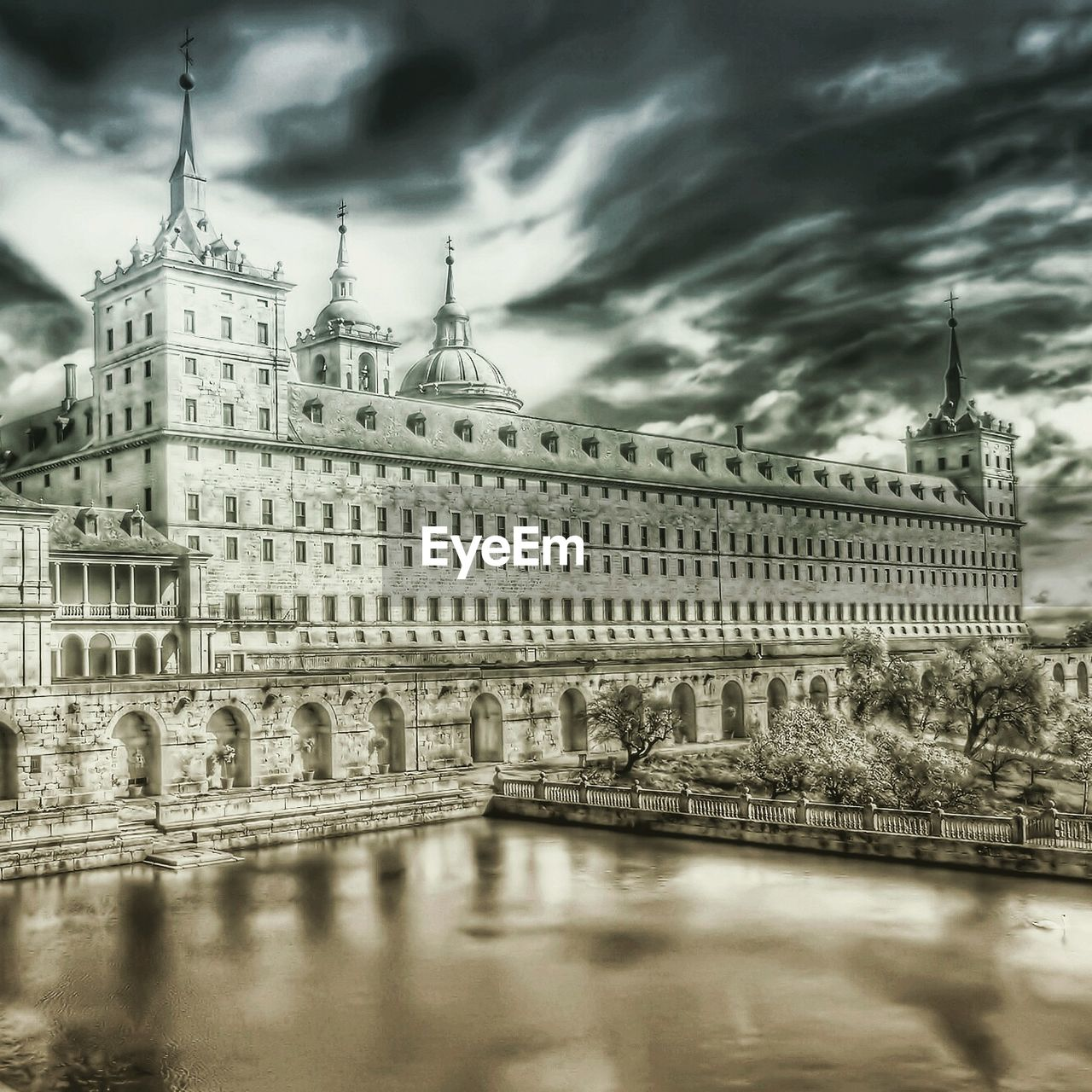 architecture, built structure, cloud - sky, sky, building exterior, history, travel destinations, water, outdoors, no people, day, low angle view, city