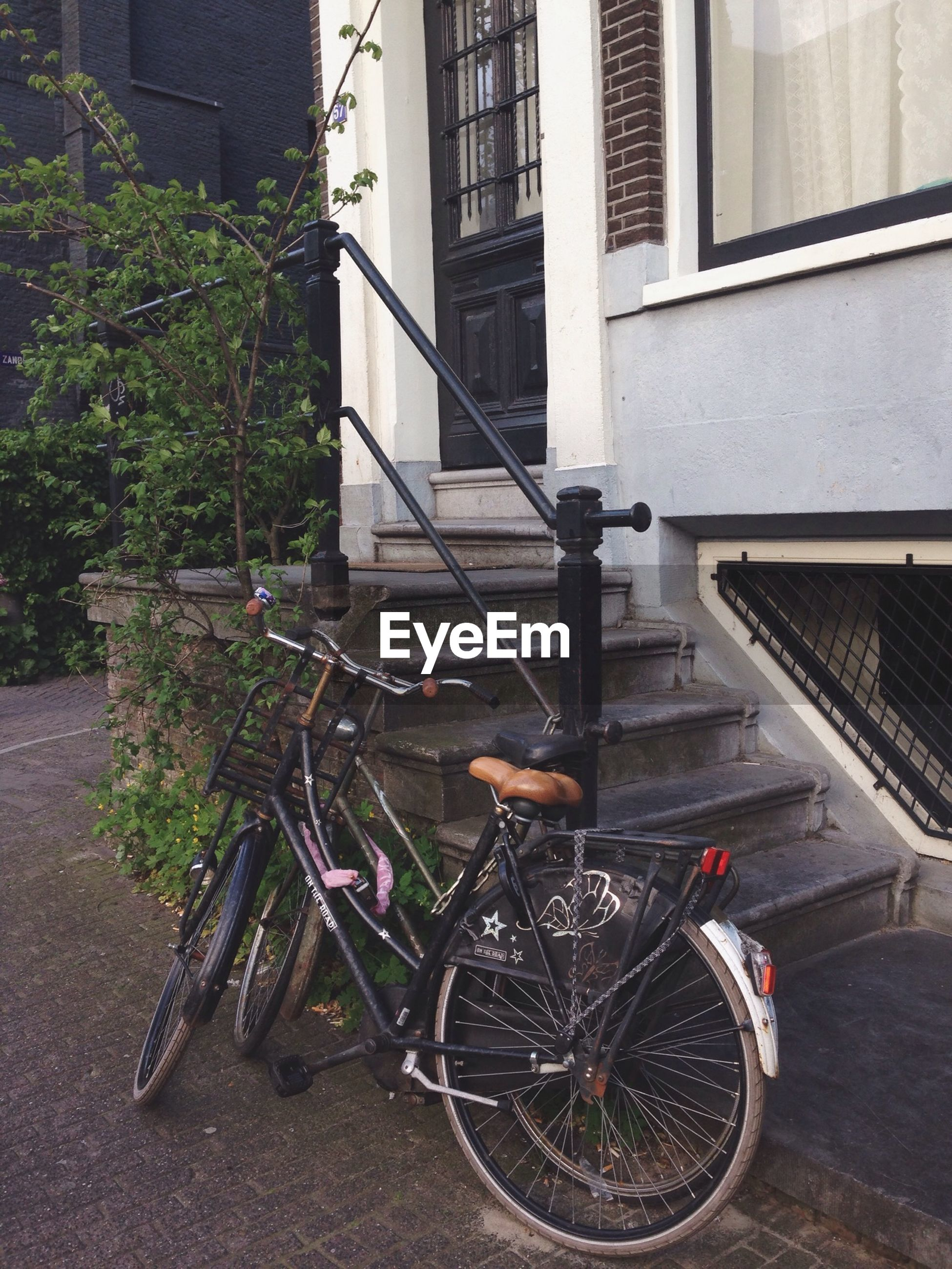 bicycle, building exterior, architecture, built structure, transportation, land vehicle, mode of transport, city, building, parked, street, stationary, parking, day, outdoors, wall - building feature, window, residential building