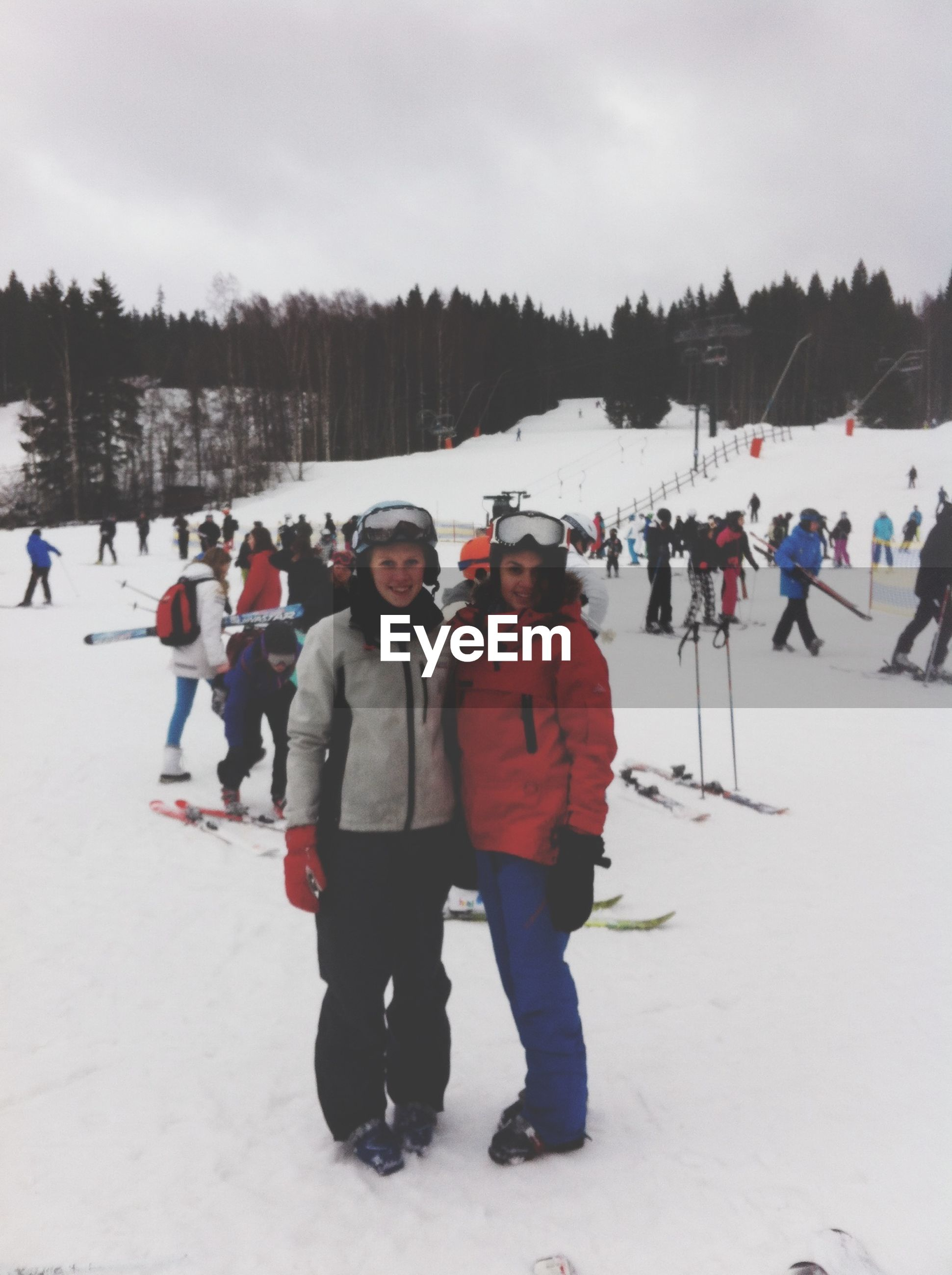 winter, snow, cold temperature, lifestyles, leisure activity, season, large group of people, full length, weather, person, warm clothing, walking, enjoyment, togetherness, men, vacations, standing, sky, mixed age range