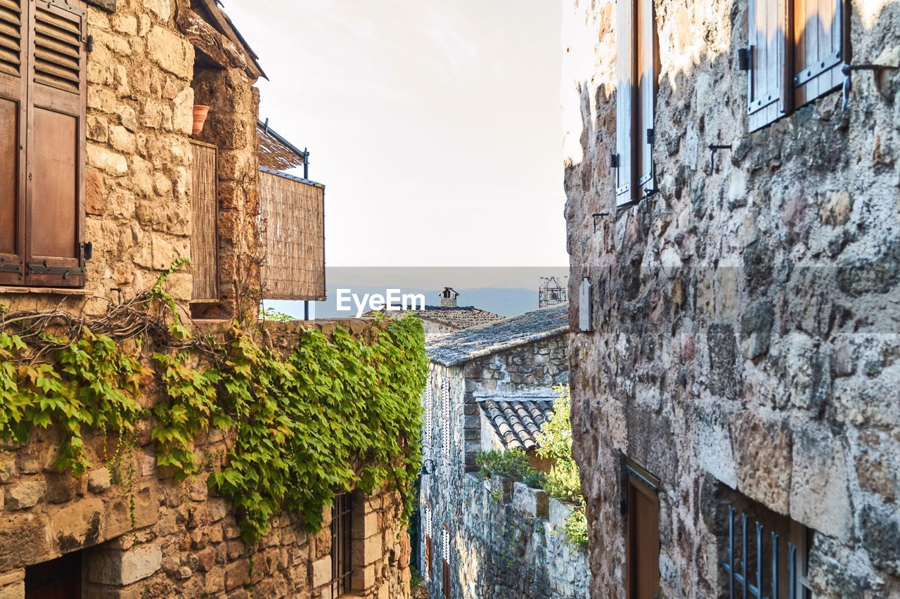 architecture, built structure, building exterior, building, sky, wall - building feature, day, water, residential district, nature, wall, no people, window, old, city, history, the past, house, stone wall, outdoors, alley, canal
