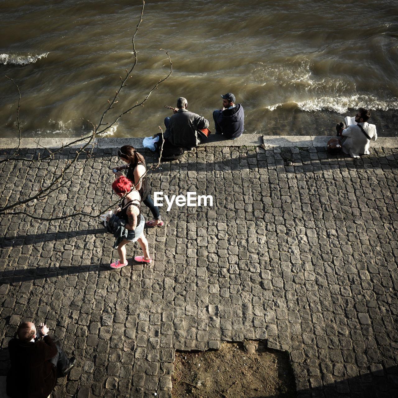 Paris, Quais de Seine, People on riverbank