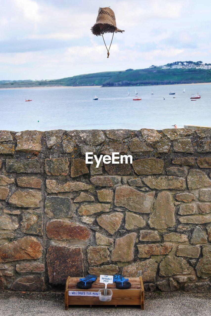 Retaining wall against sea