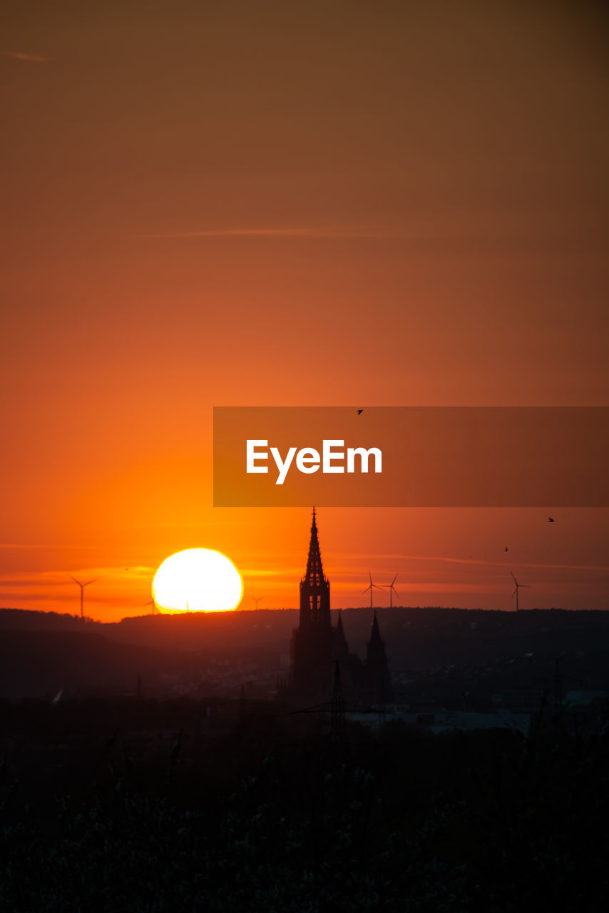 Ulmer Münster bei Sonnenuntergang No People Sundown Sunset RedSky Ulm Germany Cathedral Church Red Red Color King - Royal Person Astronomy Arrival Statue Place Of Worship Romantic Sky Atmospheric Mood Dramatic Sky Moody Sky Monument