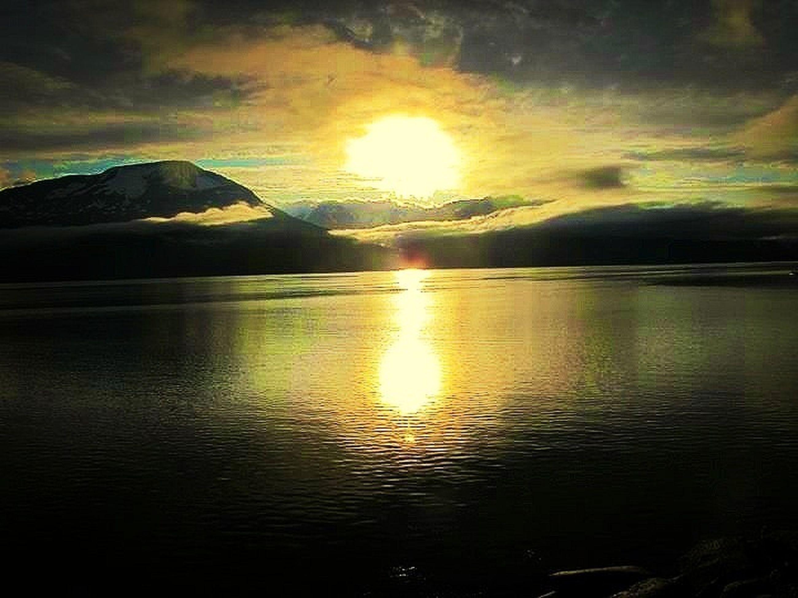 water, sunset, scenics, sun, tranquil scene, beauty in nature, tranquility, reflection, sky, sea, idyllic, nature, waterfront, cloud - sky, mountain, sunlight, silhouette, lake, sunbeam, rippled