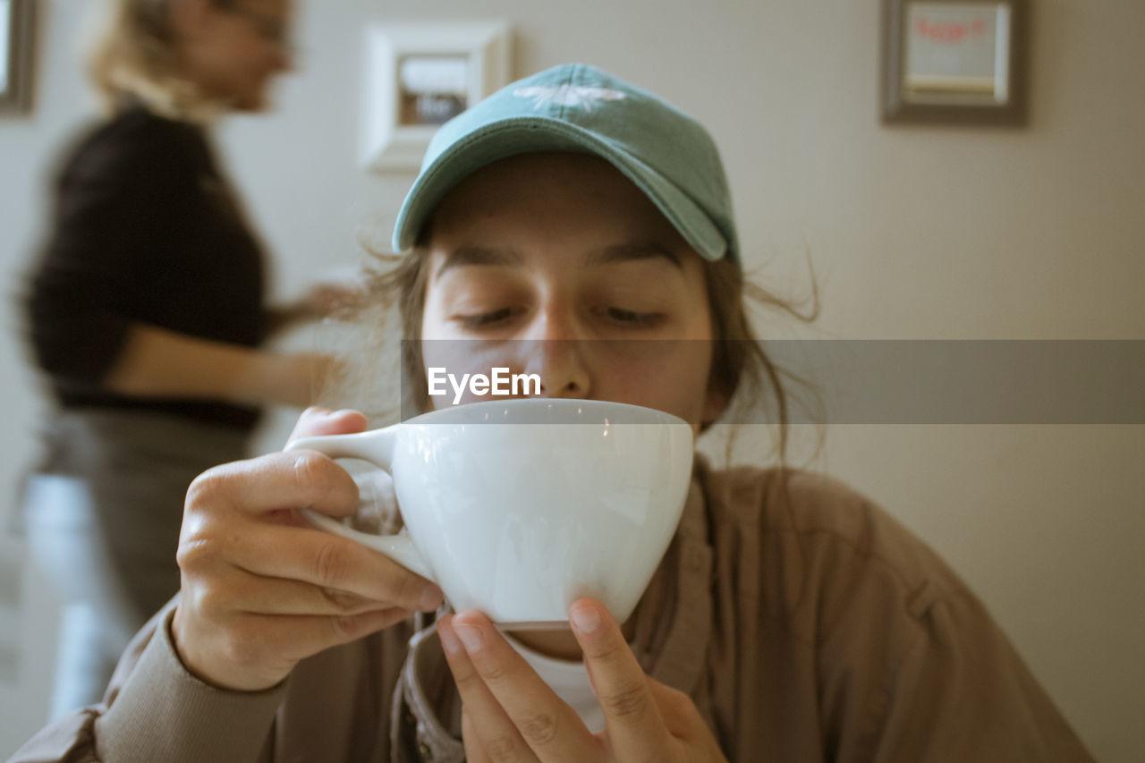 PORTRAIT OF WOMAN DRINKING DRINK