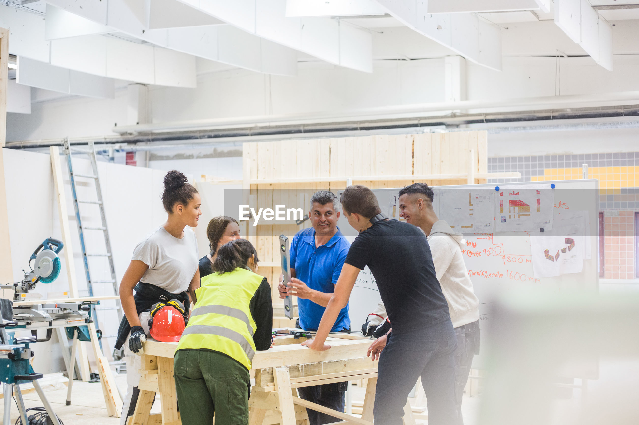 GROUP OF PEOPLE WORKING IN THE ROOM