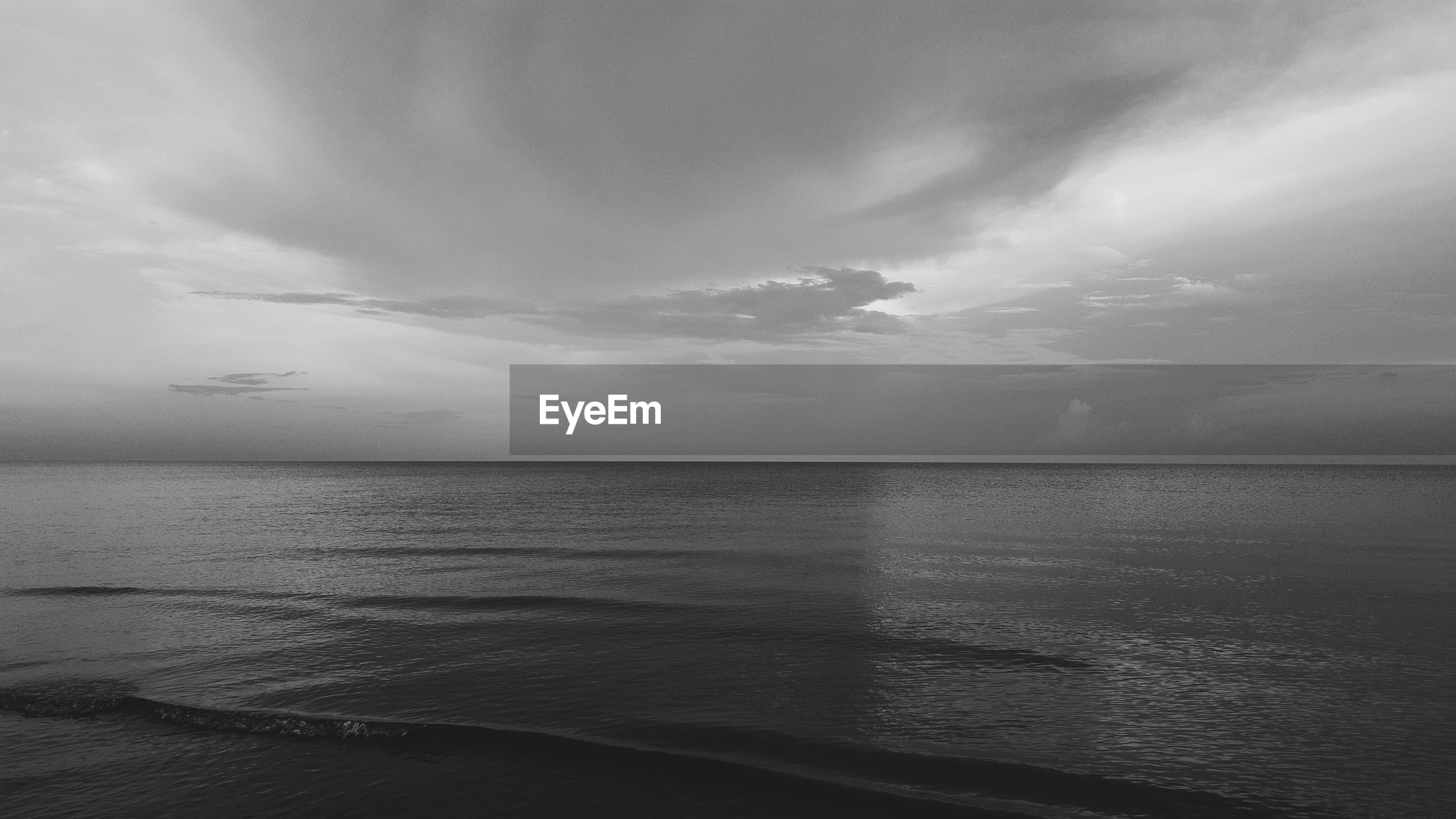 SCENIC VIEW OF SEASCAPE AGAINST CLOUDY SKY