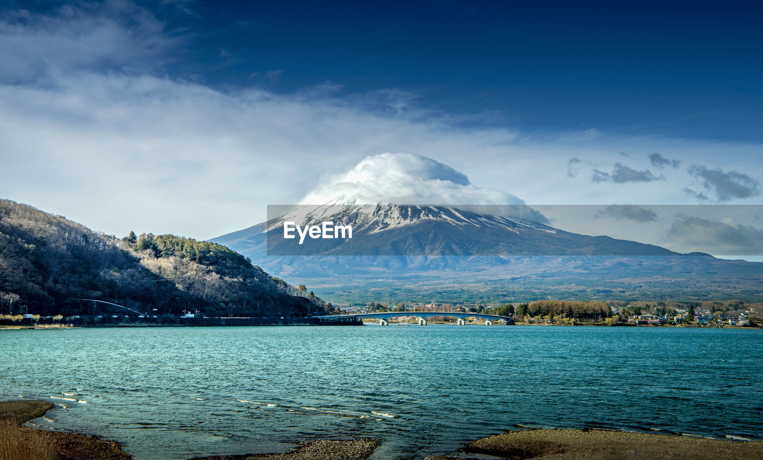 SCENIC VIEW OF SEA AND SNOWCAPPED MOUNTAIN AGAINST SKY