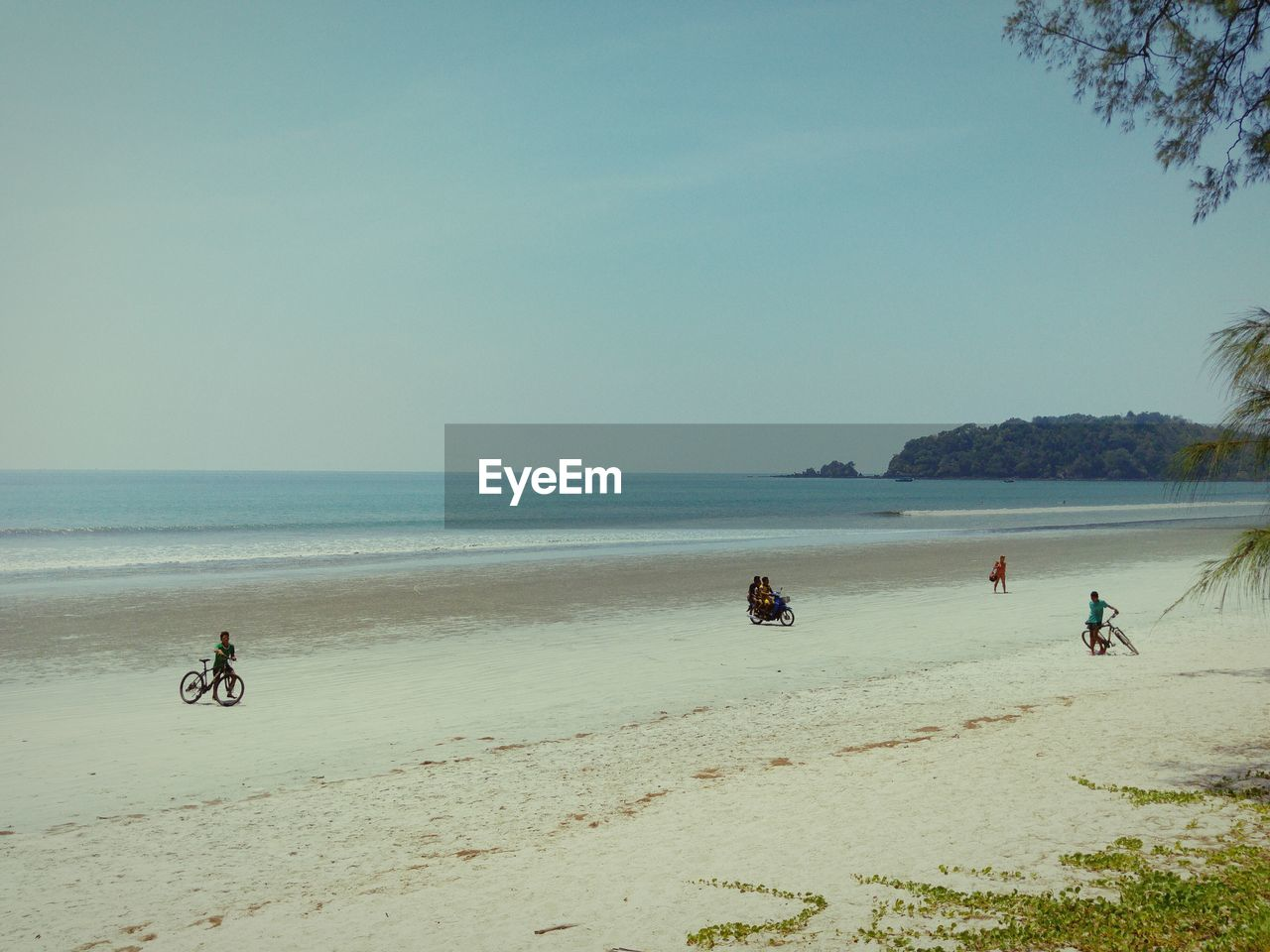 sea, beach, water, shore, sand, nature, scenics, horizon over water, bicycle, real people, men, transportation, beauty in nature, outdoors, day, lifestyles, sky, vacations, clear sky, people