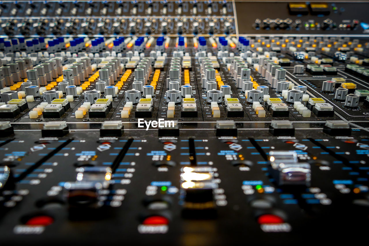 sound mixer, sound recording equipment, mixing, studio, recording studio, broadcasting, control, close-up, technology, no people, radio station, control panel, indoors, day
