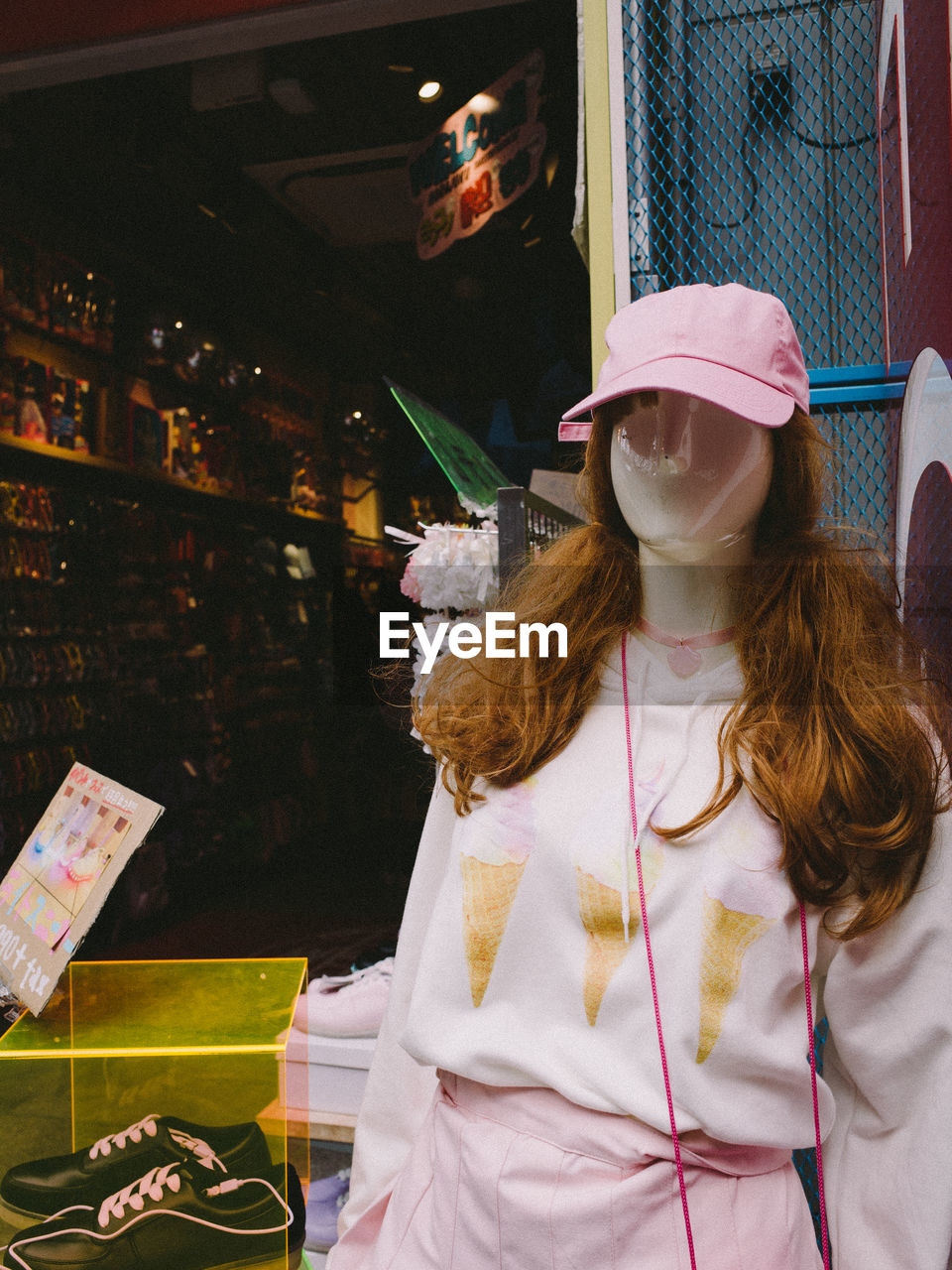 PORTRAIT OF WOMAN WITH HAT STANDING IN STORE AT MARKET