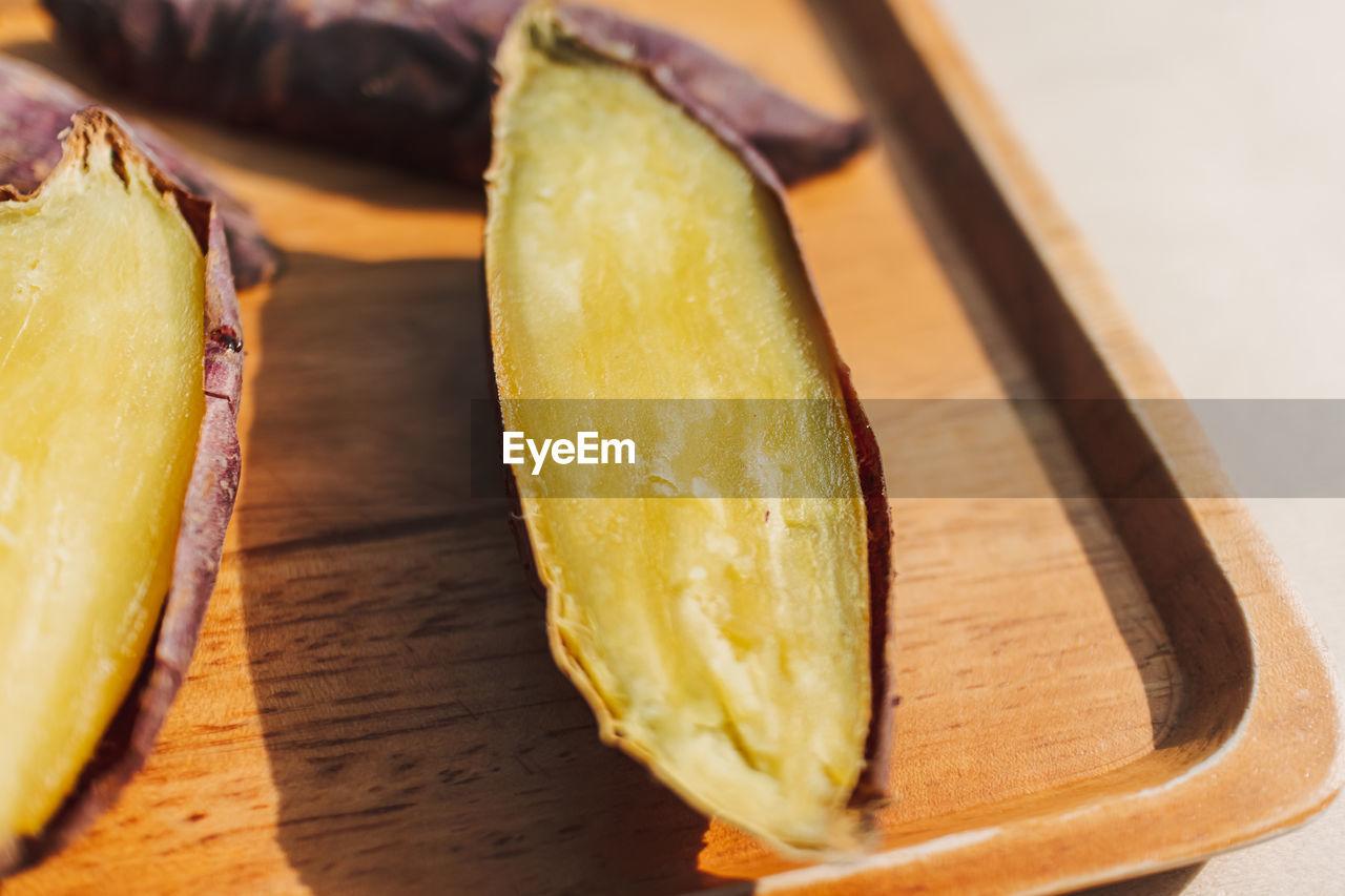 HIGH ANGLE VIEW OF BANANA ON TABLE