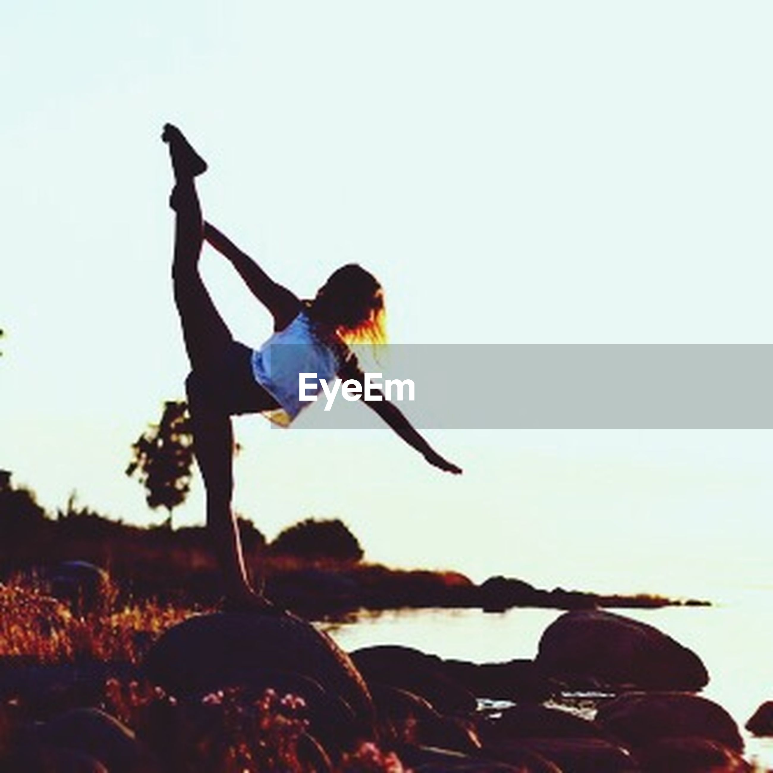 lifestyles, clear sky, leisure activity, full length, copy space, men, mid-air, jumping, sky, side view, silhouette, casual clothing, enjoyment, carefree, arms outstretched, freedom, fun, nature