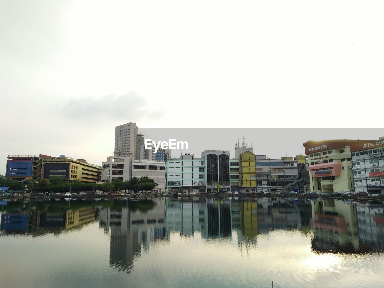 building exterior, sky, built structure, architecture, water, waterfront, reflection, building, city, nature, no people, residential district, river, day, copy space, outdoors, clear sky, house, apartment
