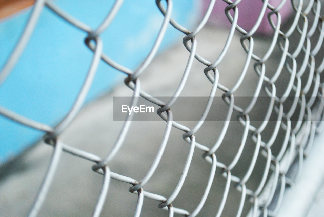 fence, chainlink fence, metal, no people, security, boundary, protection, safety, pattern, barrier, day, close-up, focus on foreground, nature, backgrounds, outdoors, full frame, selective focus, netting, sport