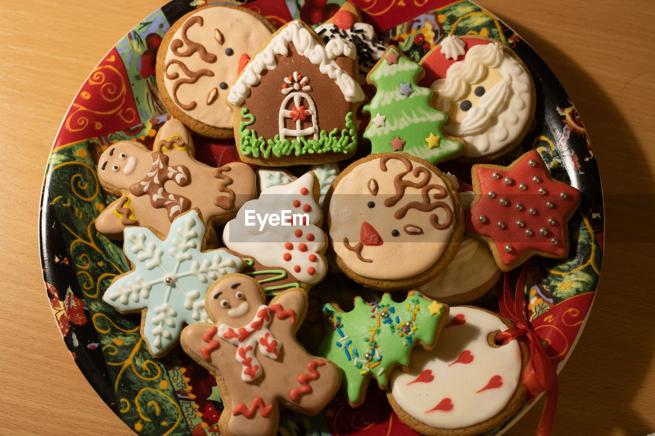 HIGH ANGLE VIEW OF COOKIES IN PLATE