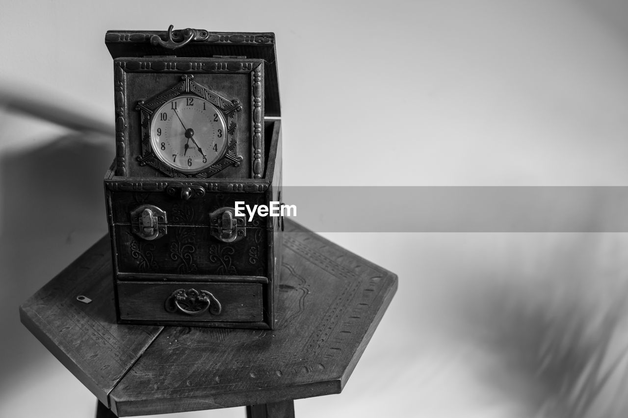 clock, time, accuracy, close-up, focus on foreground, metal, no people, technology, number, still life, old, single object, wristwatch, antique, instrument of time, watch, retro styled, indoors, instrument of measurement, minute hand, personal accessory