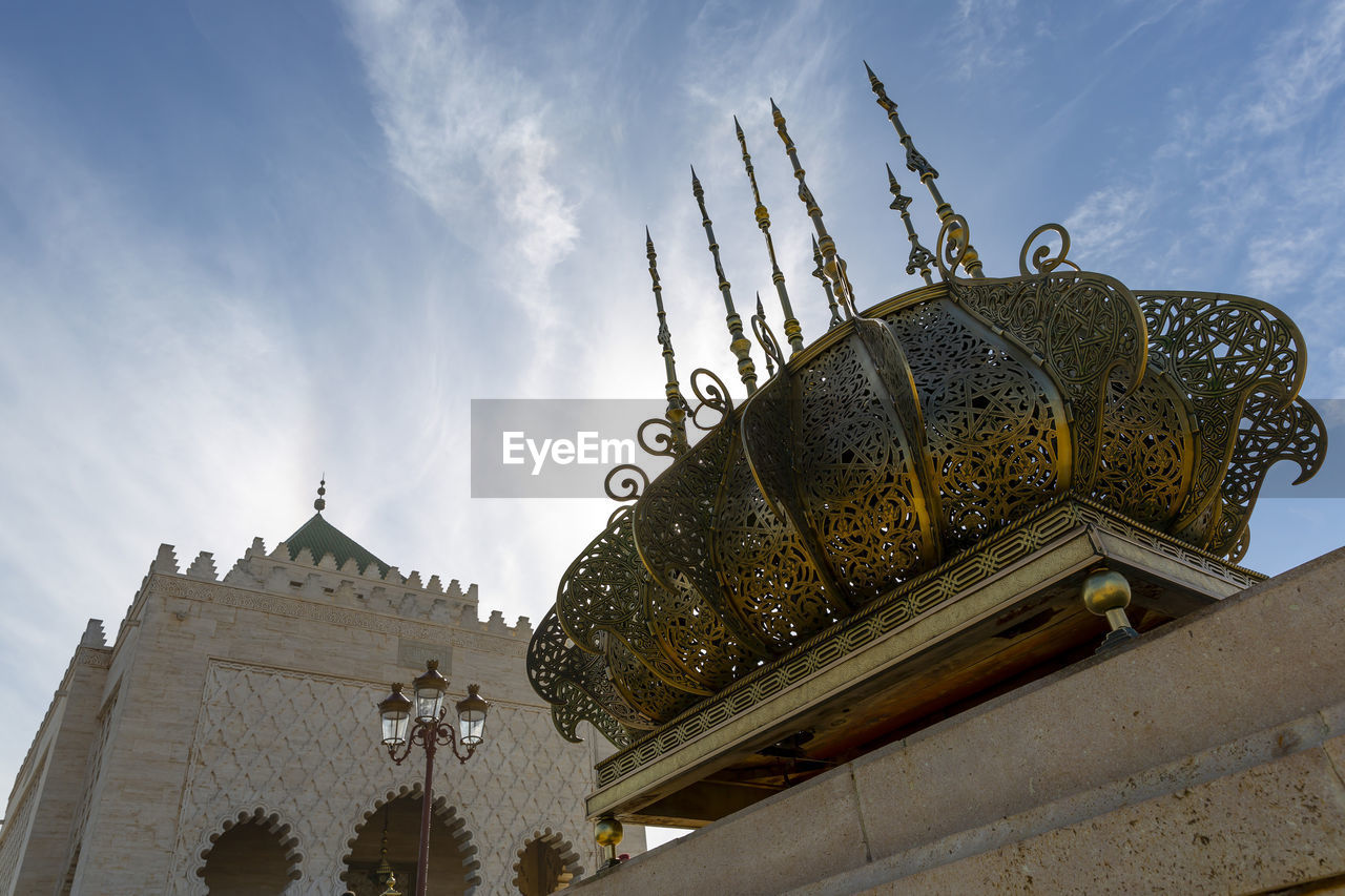 LOW ANGLE VIEW OF TEMPLE ON BUILDING AGAINST SKY