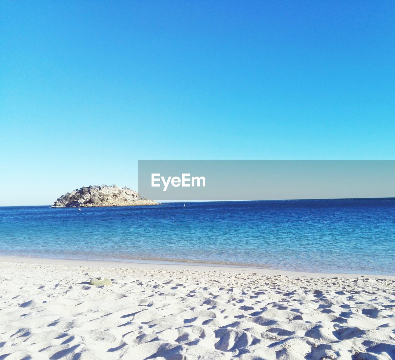 sea, horizon over water, clear sky, blue, tranquil scene, copy space, nature, water, beach, scenics, tranquility, beauty in nature, sand, outdoors, no people, day, sky