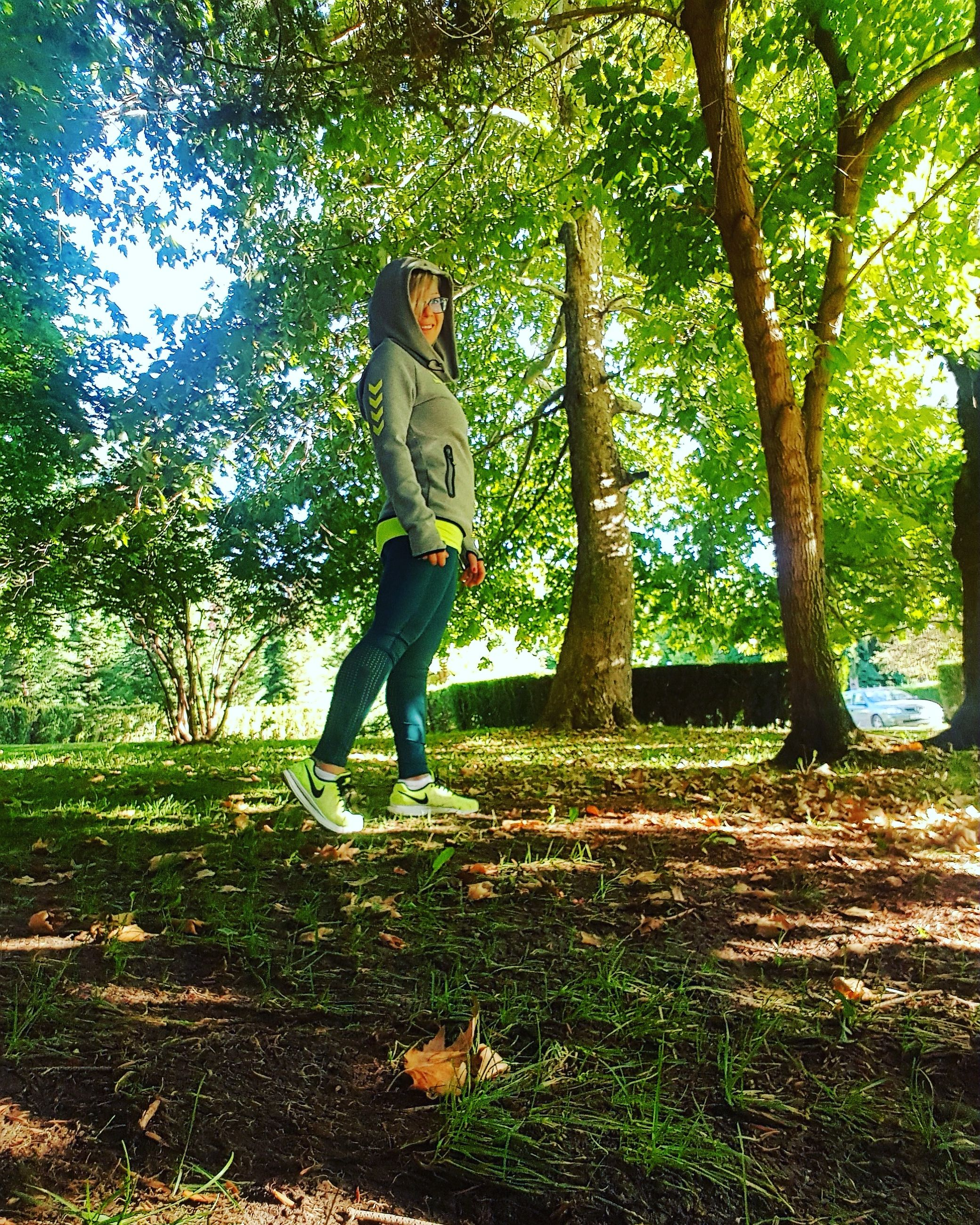 tree, full length, one person, casual clothing, real people, day, standing, leisure activity, young adult, nature, growth, outdoors, young women, people
