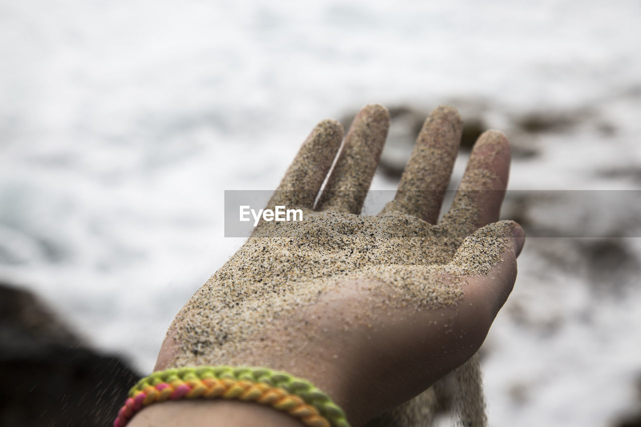 close-up, human body part, human hand, day, body part, hand, one person, focus on foreground, nature, water, selective focus, personal perspective, leisure activity, outdoors, human finger, sea, finger, beach, dirty, mud