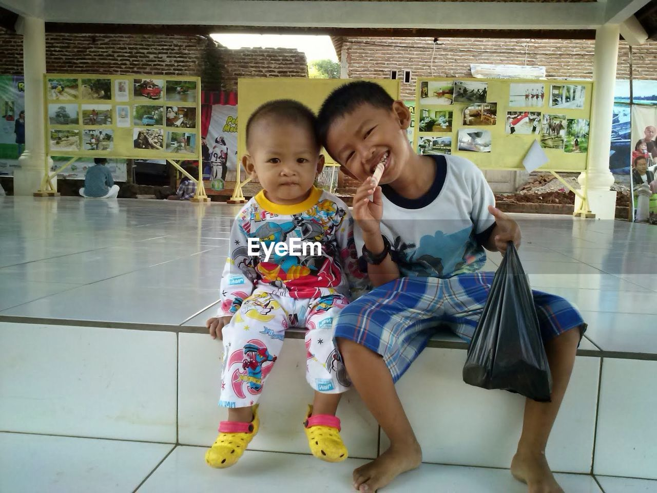 two people, real people, togetherness, childhood, front view, casual clothing, bonding, full length, indoors, standing, leisure activity, smiling, happiness, day, young women, young adult