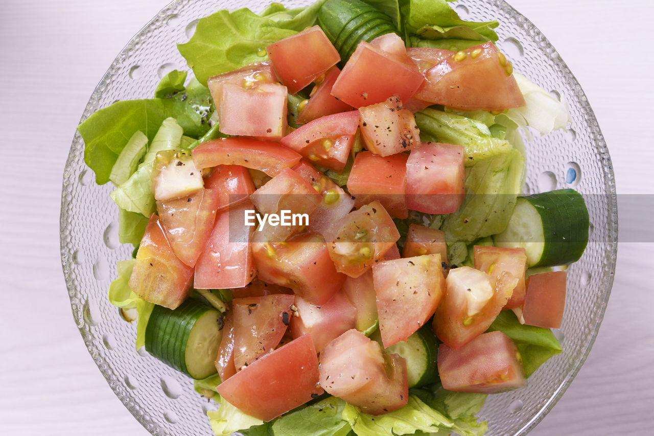 CLOSE-UP OF FRESH SALAD IN PLATE