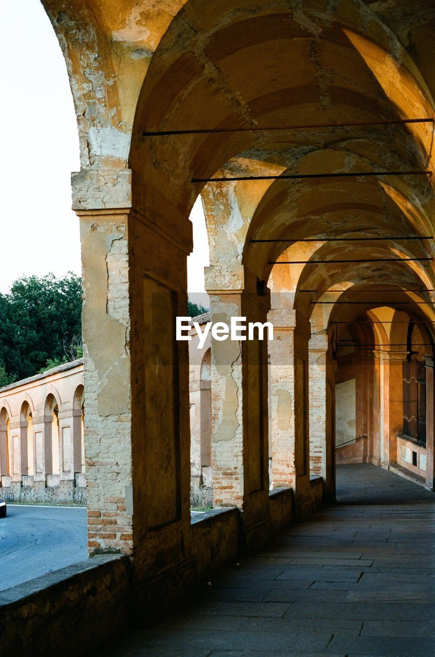 architecture, built structure, history, arch, the past, architectural column, building, old, ancient, no people, day, arcade, building exterior, nature, tourism, travel destinations, outdoors, the way forward, corridor, ancient civilization, colonnade, ruined