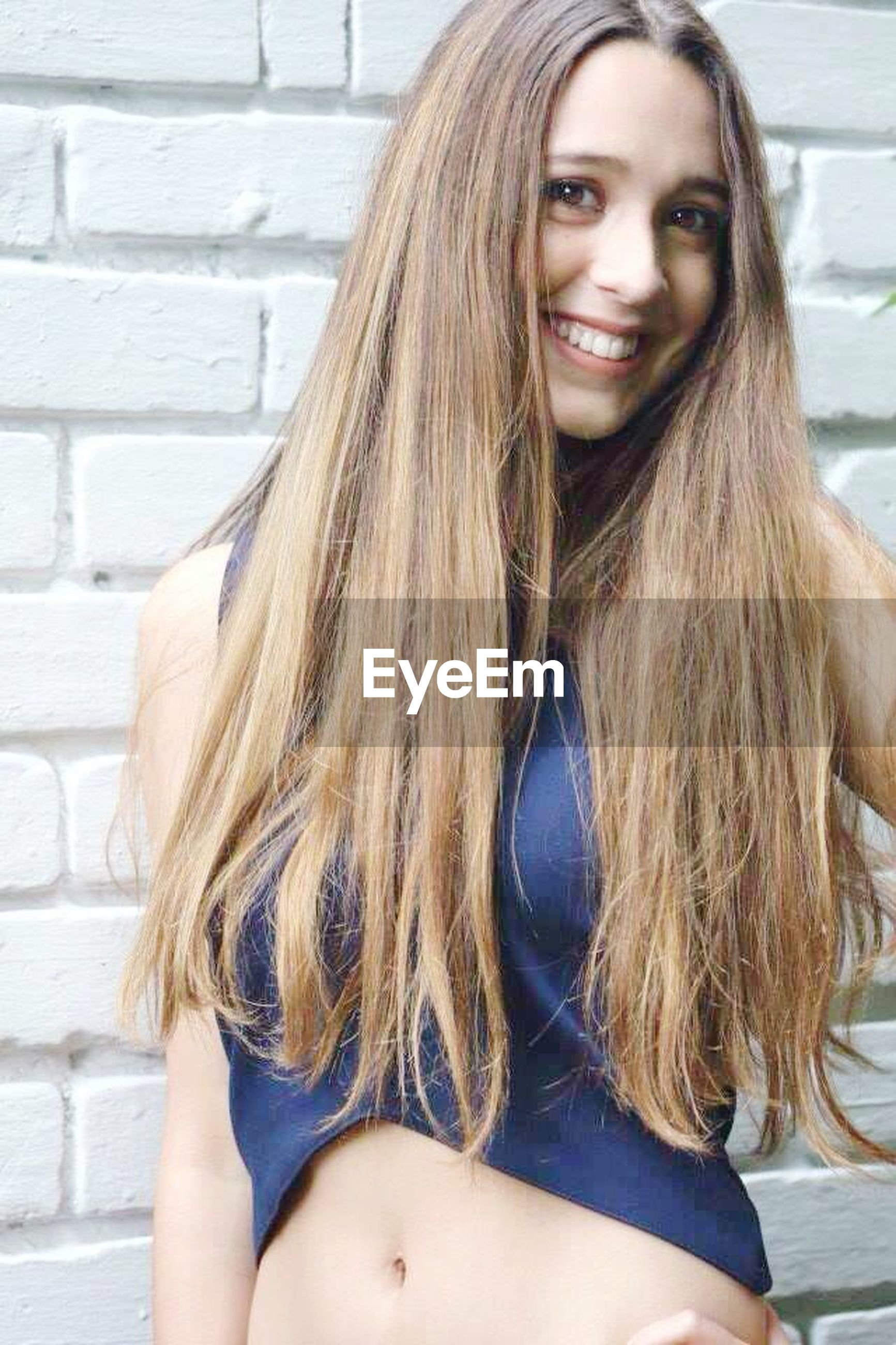long hair, young women, young adult, person, lifestyles, portrait, looking at camera, leisure activity, front view, brown hair, medium-length hair, beauty, blond hair, smiling, black hair, headshot, focus on foreground