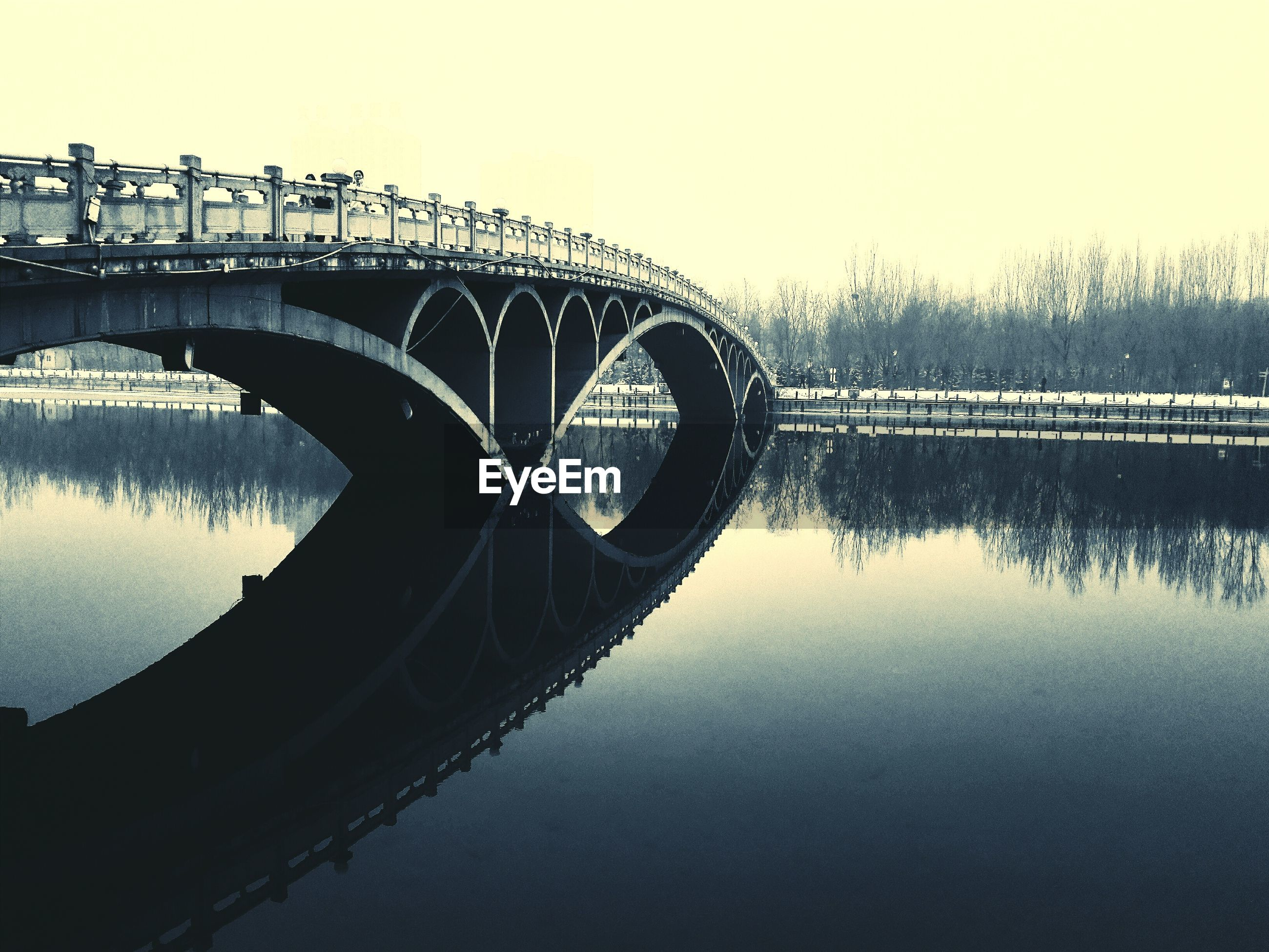 water, built structure, architecture, river, reflection, connection, bridge - man made structure, waterfront, arch bridge, clear sky, transportation, sky, lake, engineering, bridge, standing water, arch, copy space, dusk, outdoors