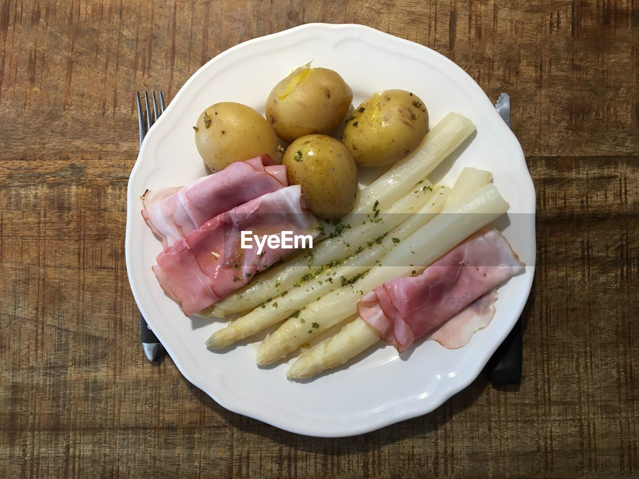 food, freshness, food and drink, still life, table, healthy eating, wellbeing, high angle view, indoors, wood - material, no people, plate, vegetable, potato, meat, ready-to-eat, close-up, directly above, processed meat, serving size