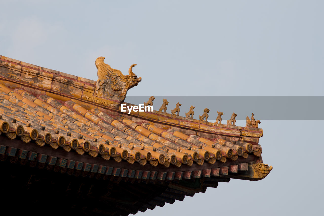 LOW ANGLE VIEW OF STATUES ON ROOF