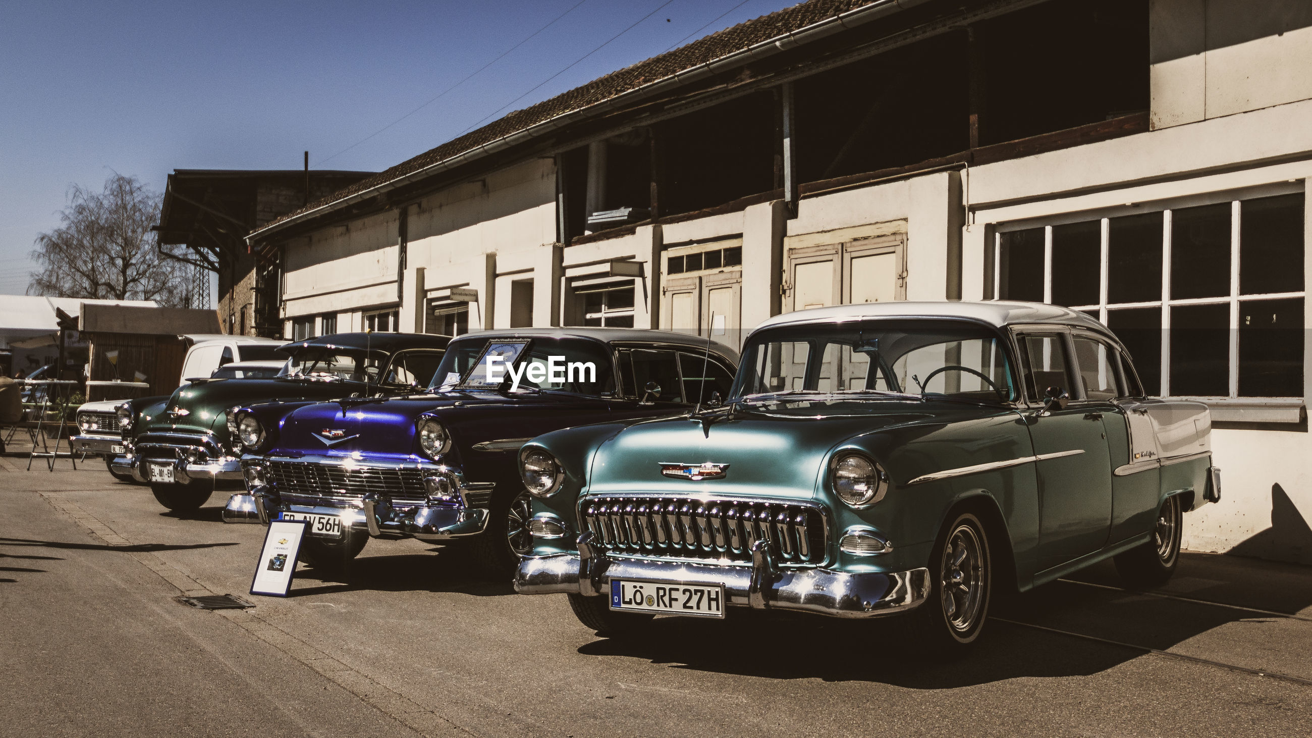 mode of transportation, transportation, motor vehicle, building exterior, land vehicle, built structure, car, architecture, street, city, stationary, no people, retro styled, road, vintage car, day, outdoors, building, parking, luxury, garage