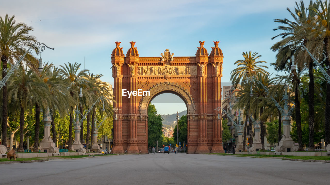 arch, architecture, tree, sky, built structure, palm tree, plant, history, the past, tropical climate, nature, travel destinations, triumphal arch, travel, tourism, monument, incidental people, day, building exterior, city, outdoors