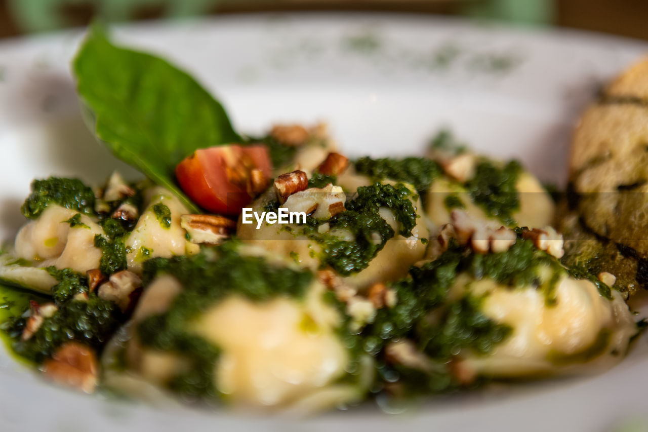 selective focus, food, food and drink, vegetable, freshness, healthy eating, plate, ready-to-eat, wellbeing, indoors, close-up, still life, serving size, green, no people, green color, italian food, meal, indulgence, broccoli, vegetarian food, temptation, dinner
