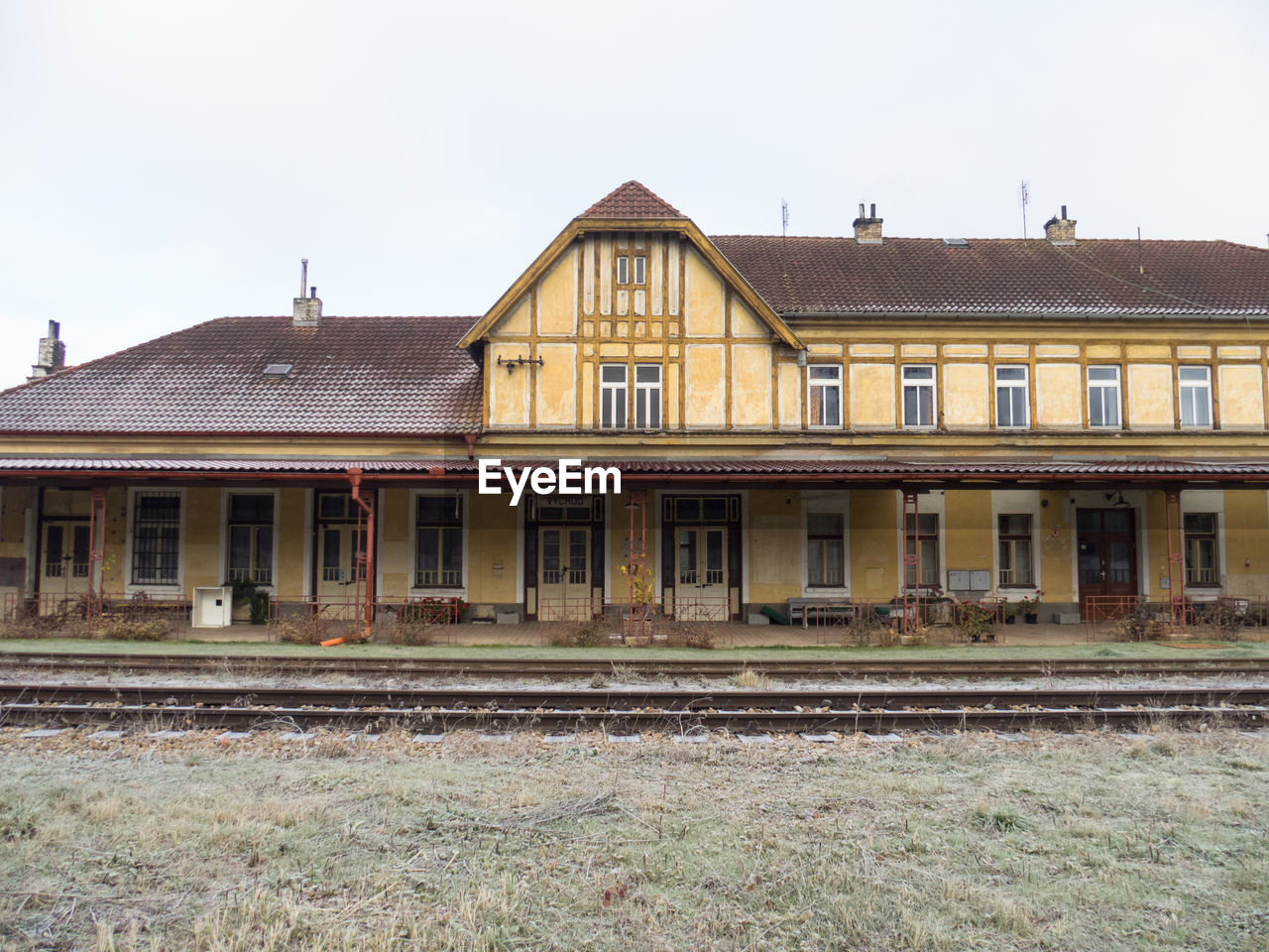 building exterior, architecture, built structure, clear sky, window, day, outdoors, railroad track, no people, sky