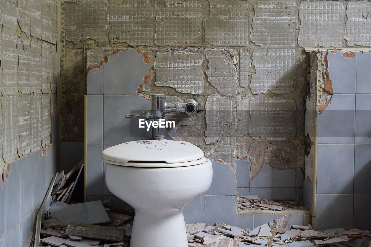 bathroom, toilet, wall - building feature, toilet bowl, indoors, abandoned, no people, deterioration, decline, home, domestic bathroom, damaged, old, domestic room, obsolete, run-down, white color, built structure, architecture, hygiene, flushing toilet, ruined