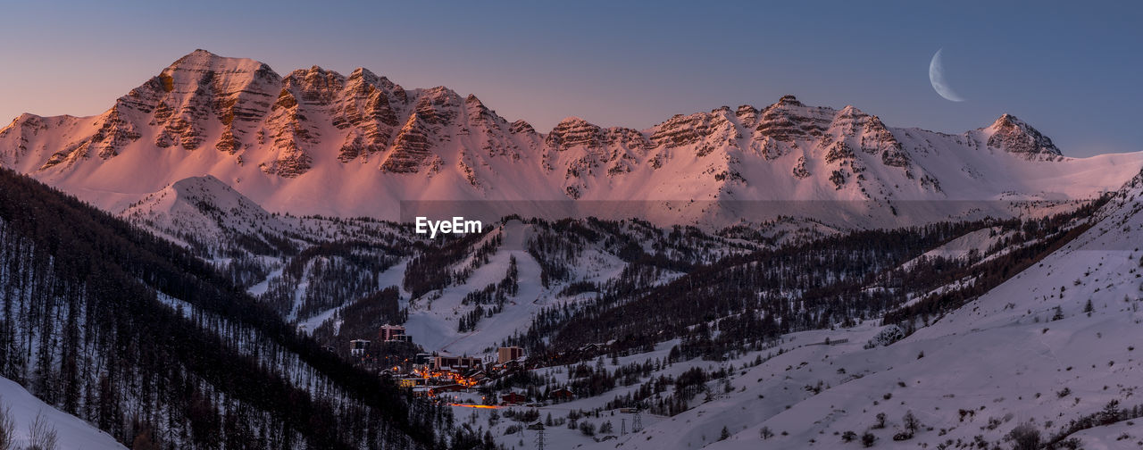 Daybreak on vars resort and the summit of eyssina - lever de jour sur vars et le sommet de l'eyssina